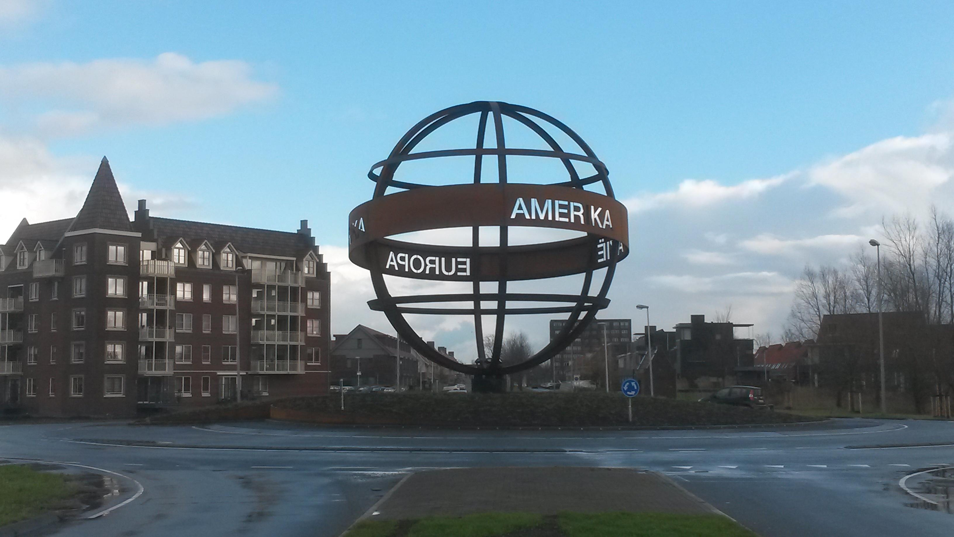 De wereldbol in Weidevenne heeft een stoere uitstraling.