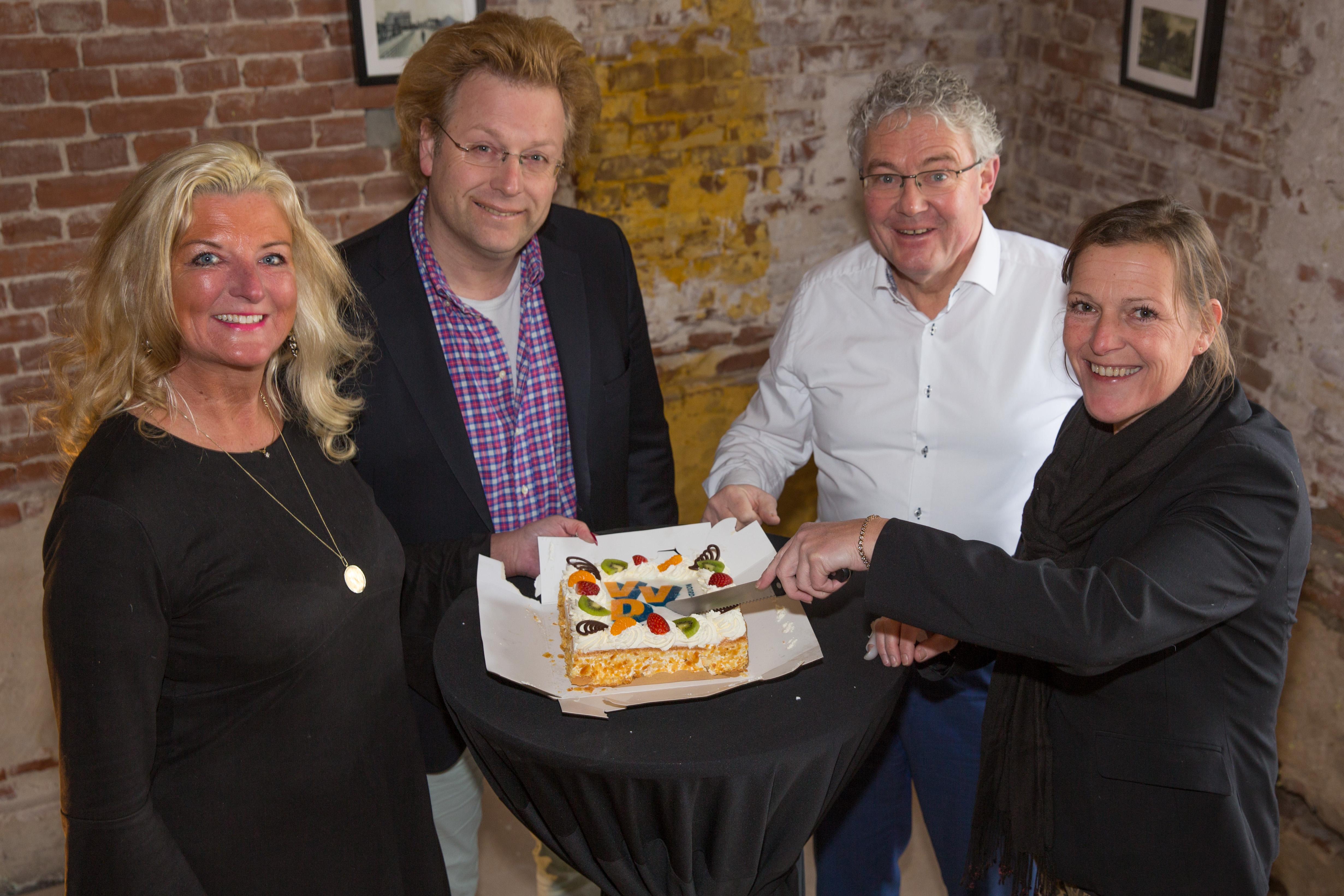 VVD vertegenwoordigers overhandigen de taart aan Alies de Lange (rechts). (Foto: Vincent de Vries)