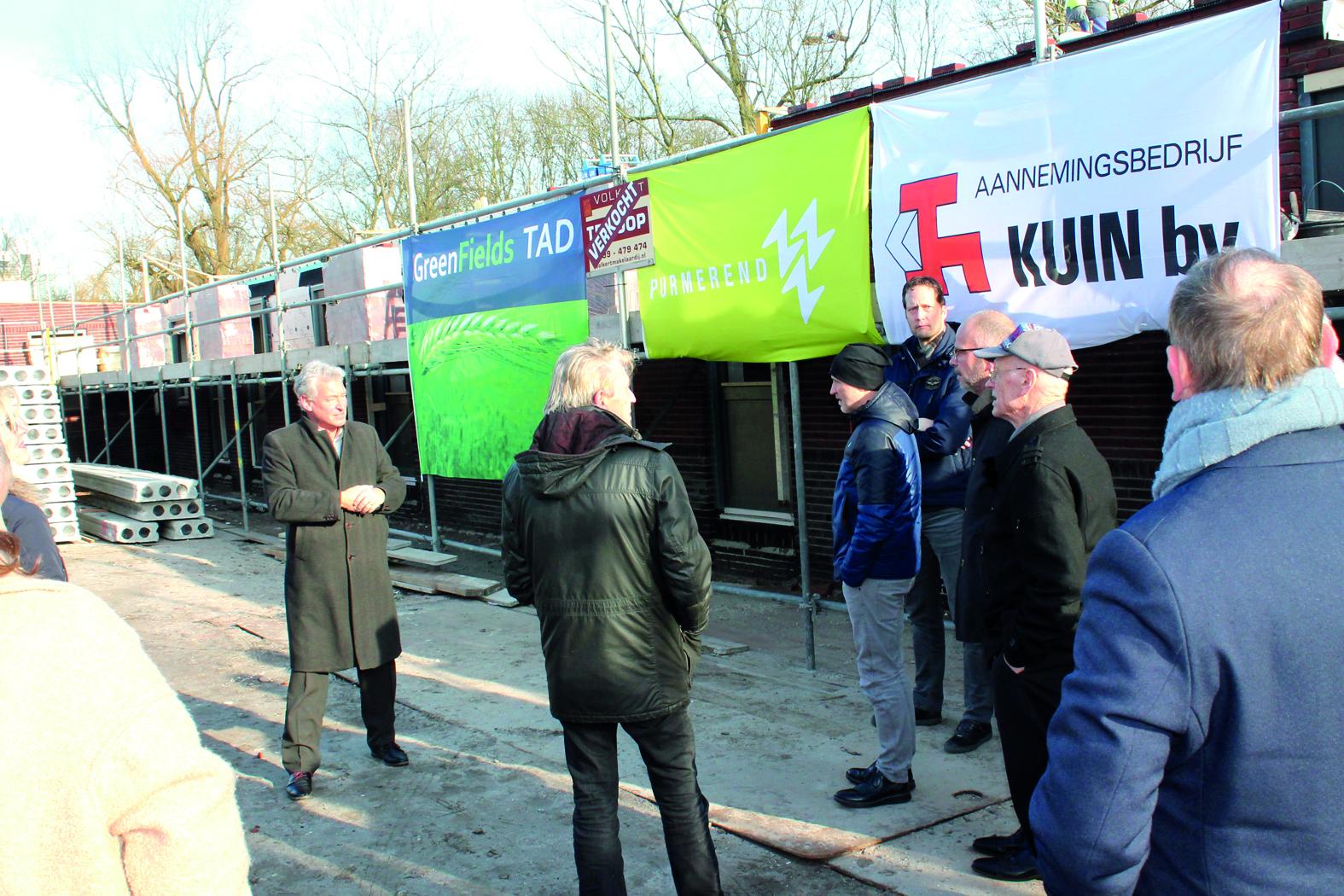 De verkopende makelaar Willem Haars (links) van Volkert nodigt de aanwezigen, waaronder Hans Krieger, uit voor de borrel na afloop van de steenlegging.  rodi.nl © rodi