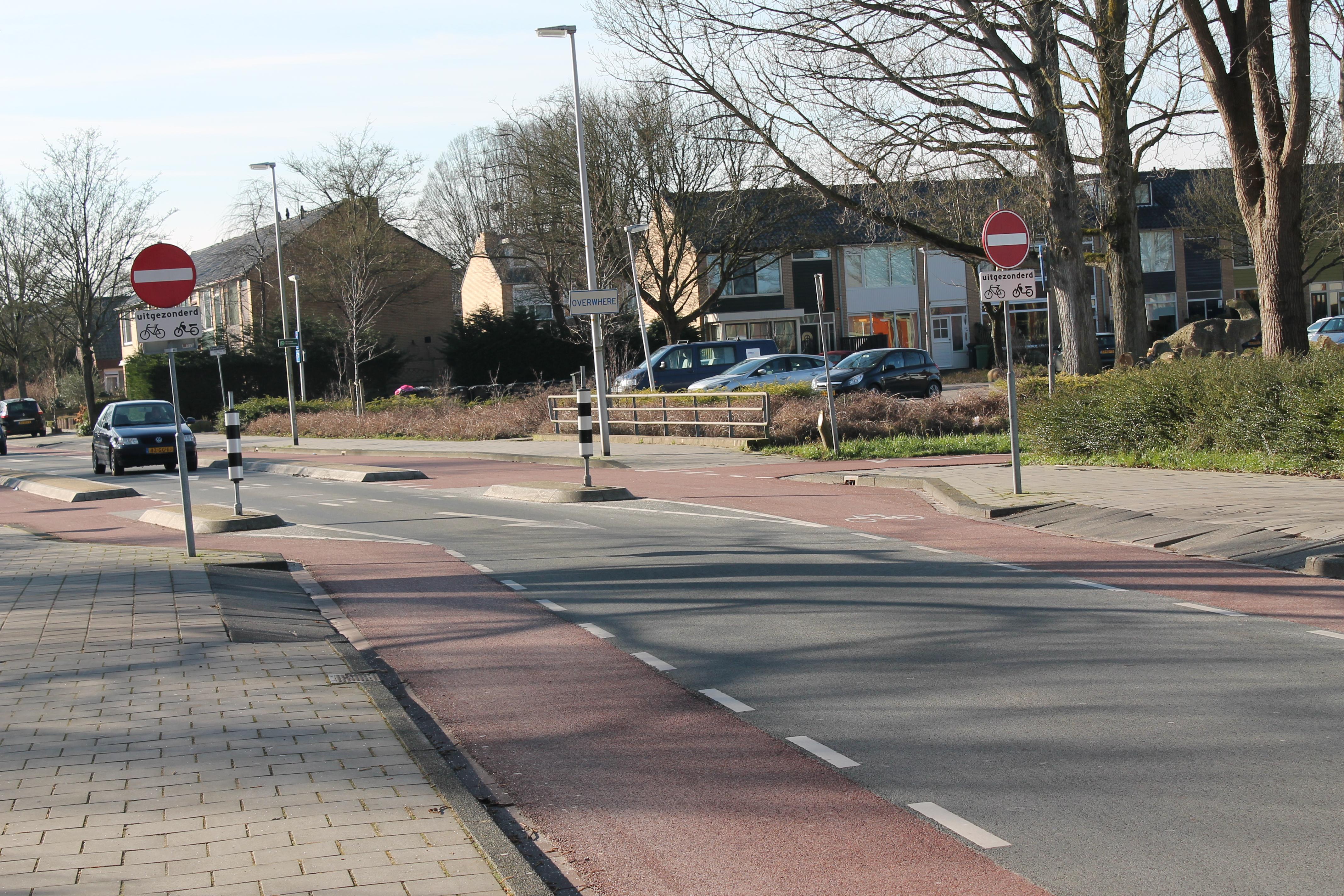 De bewuste situatie. Het verbod geldt maar voor enkele tientallen meters, daarna is de straat weer in beide richtingen te berijden. (Foto: John Bontje)