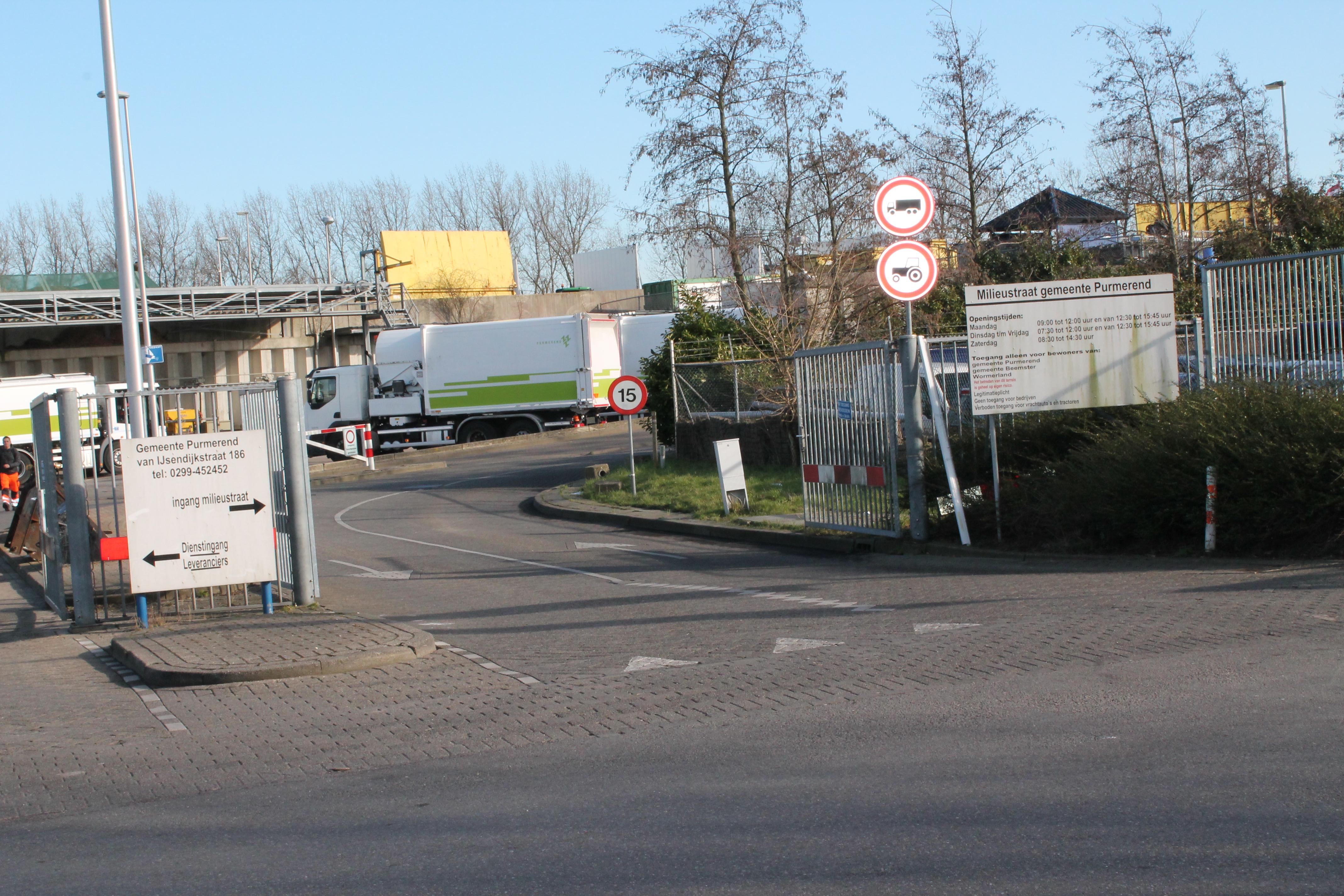 De bewuste situatie. Het verbod geldt maar voor enkele tientallen meters, daarna is de straat weer in beide richtingen te berijden. (Foto: John Bontje)  rodi.nl © rodi