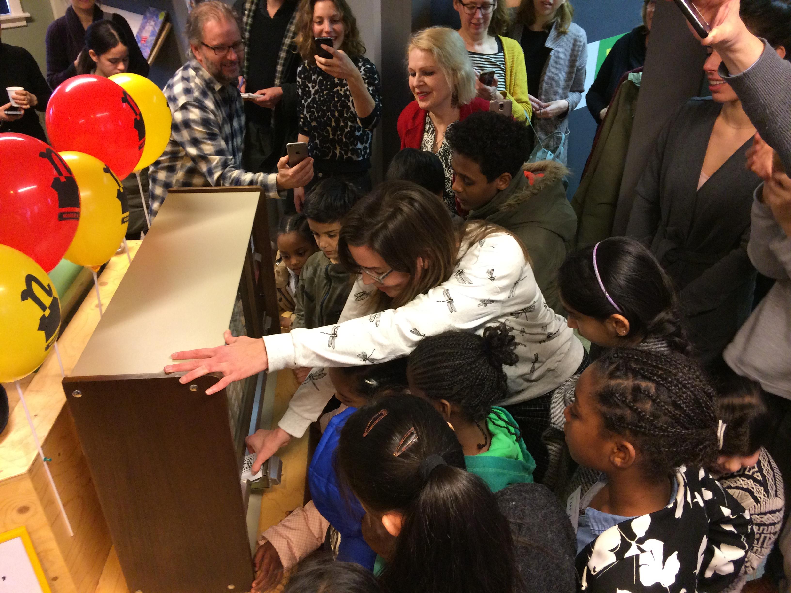 Directeur Saskia Noordhuis trekt het eerste Pakje Kunst uit de automaat. (Foto: aangeleverd)