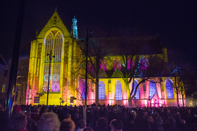 De Fraai verlichte Grote Kerk tijdens het indrukwekkende openingsfeest. (Foto: Vincent de Vries/RM)