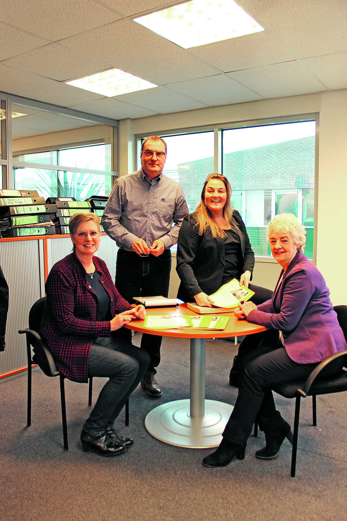 Het resultaat mag er zijn. Van links naar rechts Agnes Bak (Waterlandse Uitdaging), John Bontje (redacteur), Nicole Klaver (media-adviseur) en Rita van der Wallen (De Zonnebloem Purmerend) met de eerste nieuwsbrief. (Foto: Yvette van der Does)