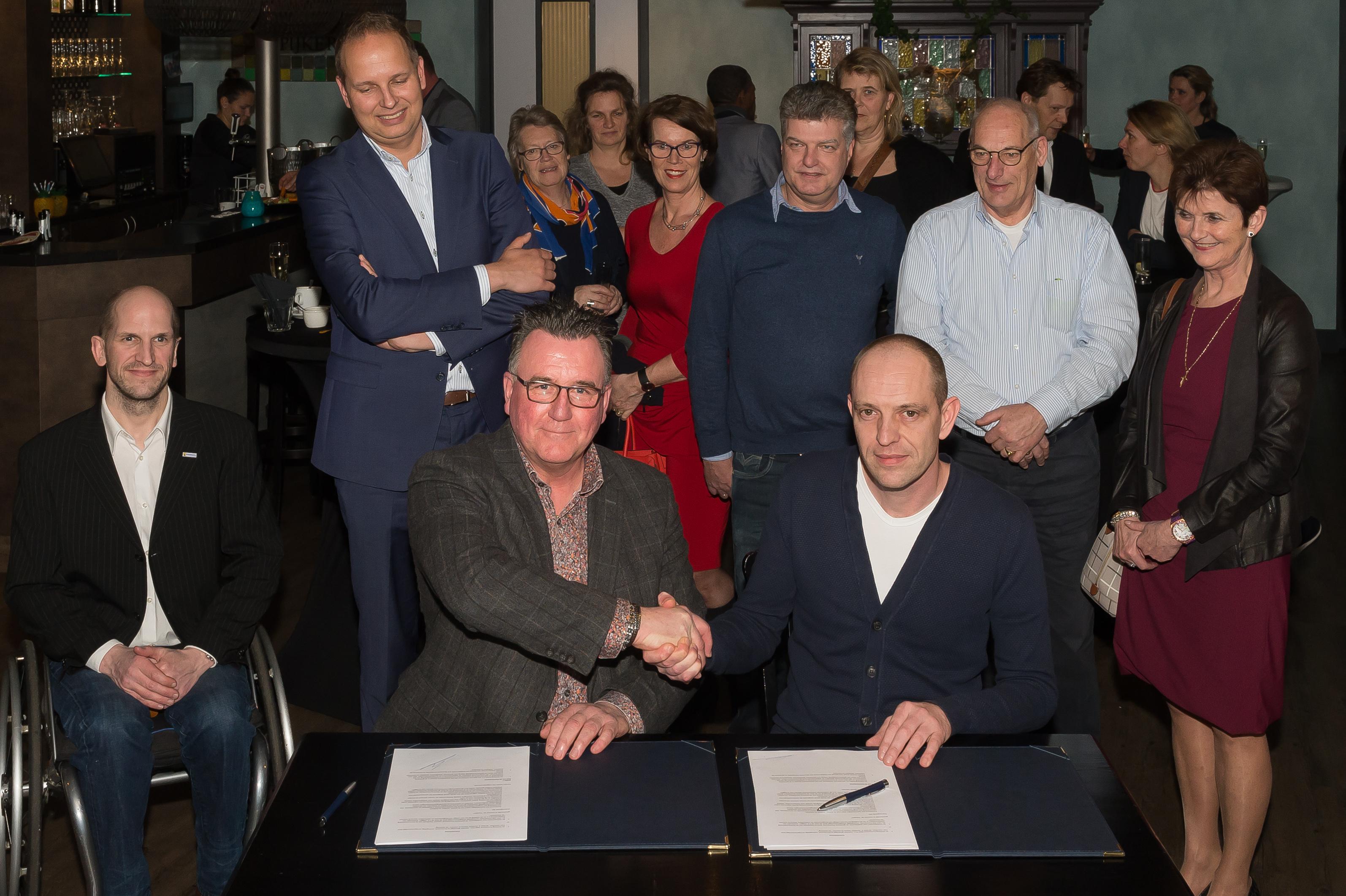 Onder toeziend oog van vertegenwoordigers van de deelnemende ondernemerspartijen gaven Mario Hegger en Daniel Pardoen elkaar de hand. (Foto: Han Giskes)