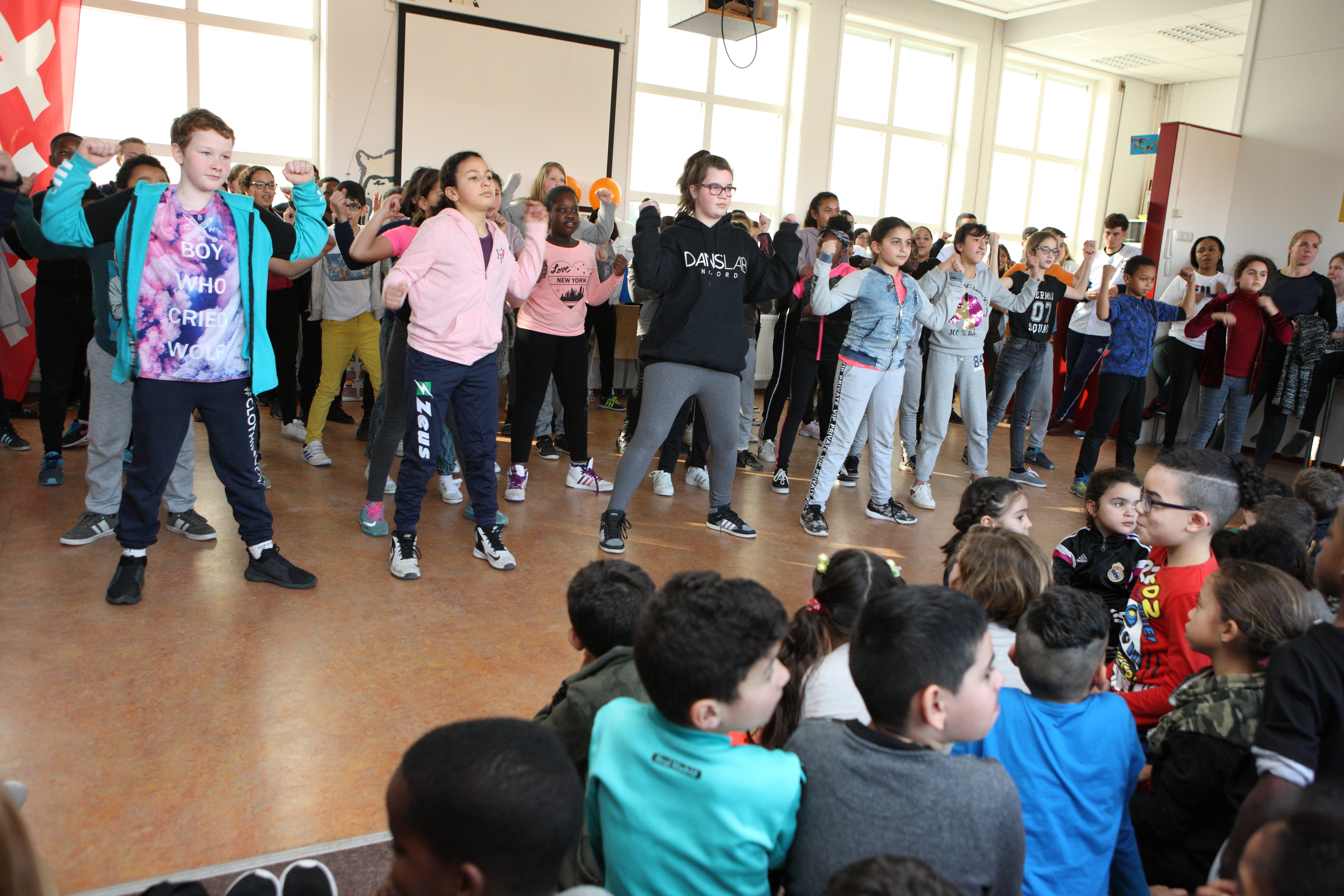 Dansvoorstelling van leerlingen voor alle ouders. (Foto: Wil van Iersel)