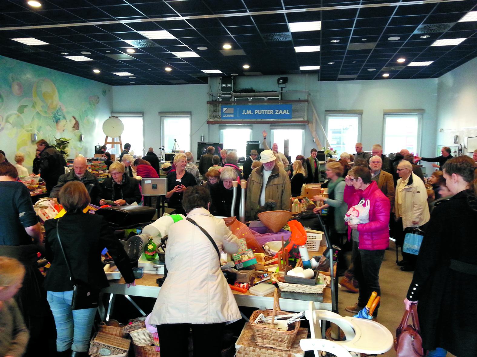 De rommelmarkt in 2017 was druk bezocht. (Foto PB)
