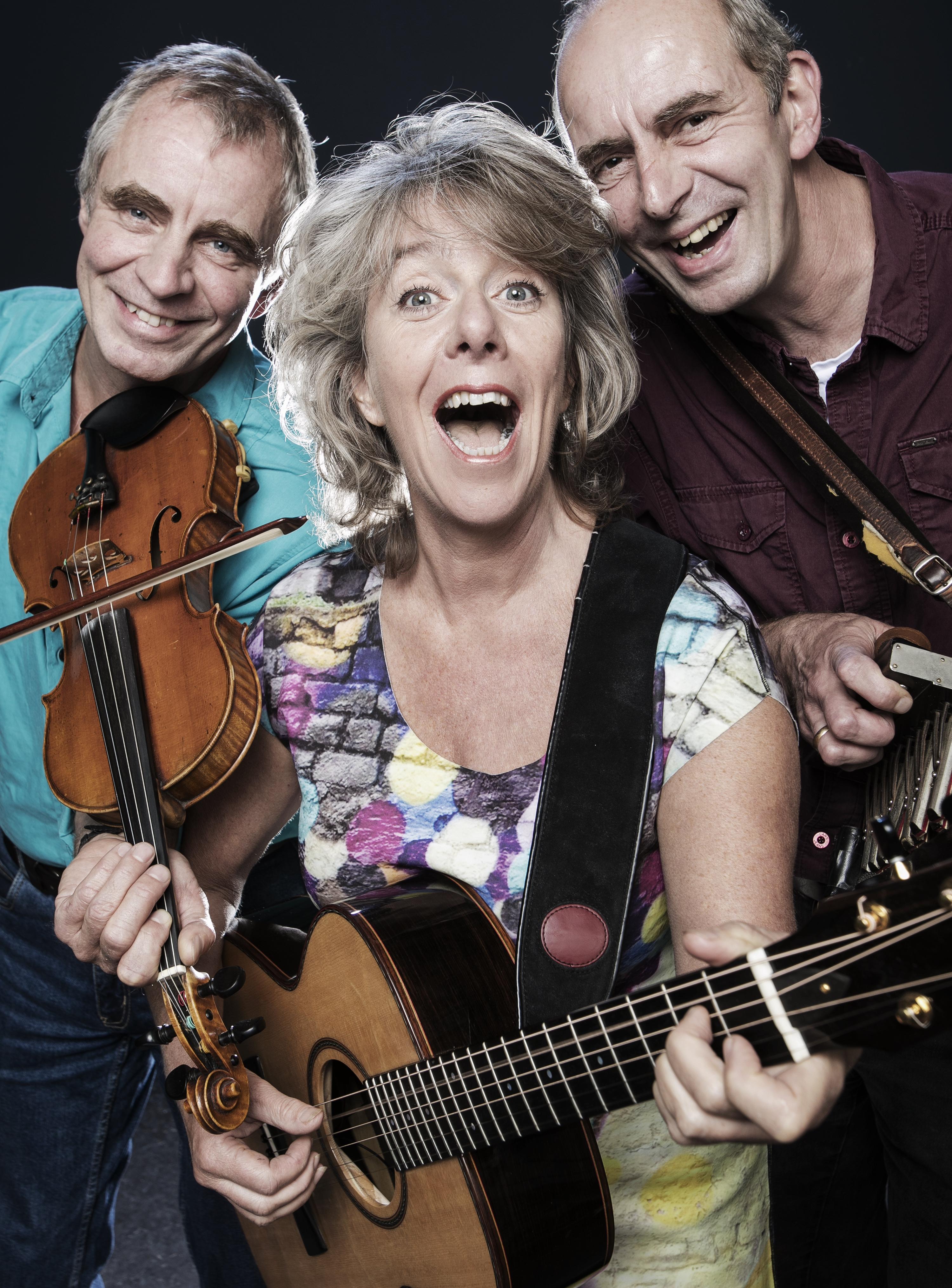 Marjolein Meijers en haar vaste muzikanten Walter en Onno Kuijpers brengen 'Muziek!' in de Herboren Toren. (Foto: aangeleverd)