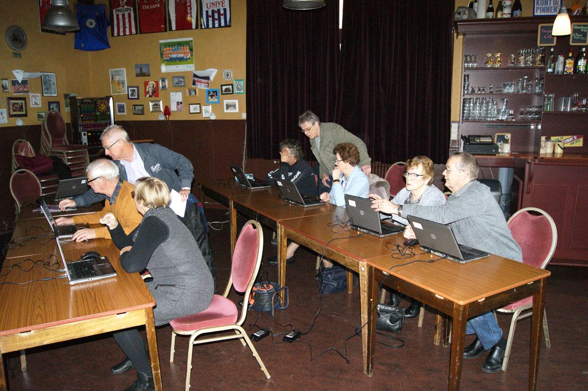 Omgaan met de computer; dat leren de deelnemers bij de computercursus van De Actieve Senioren. (Foto: aangeleverd)