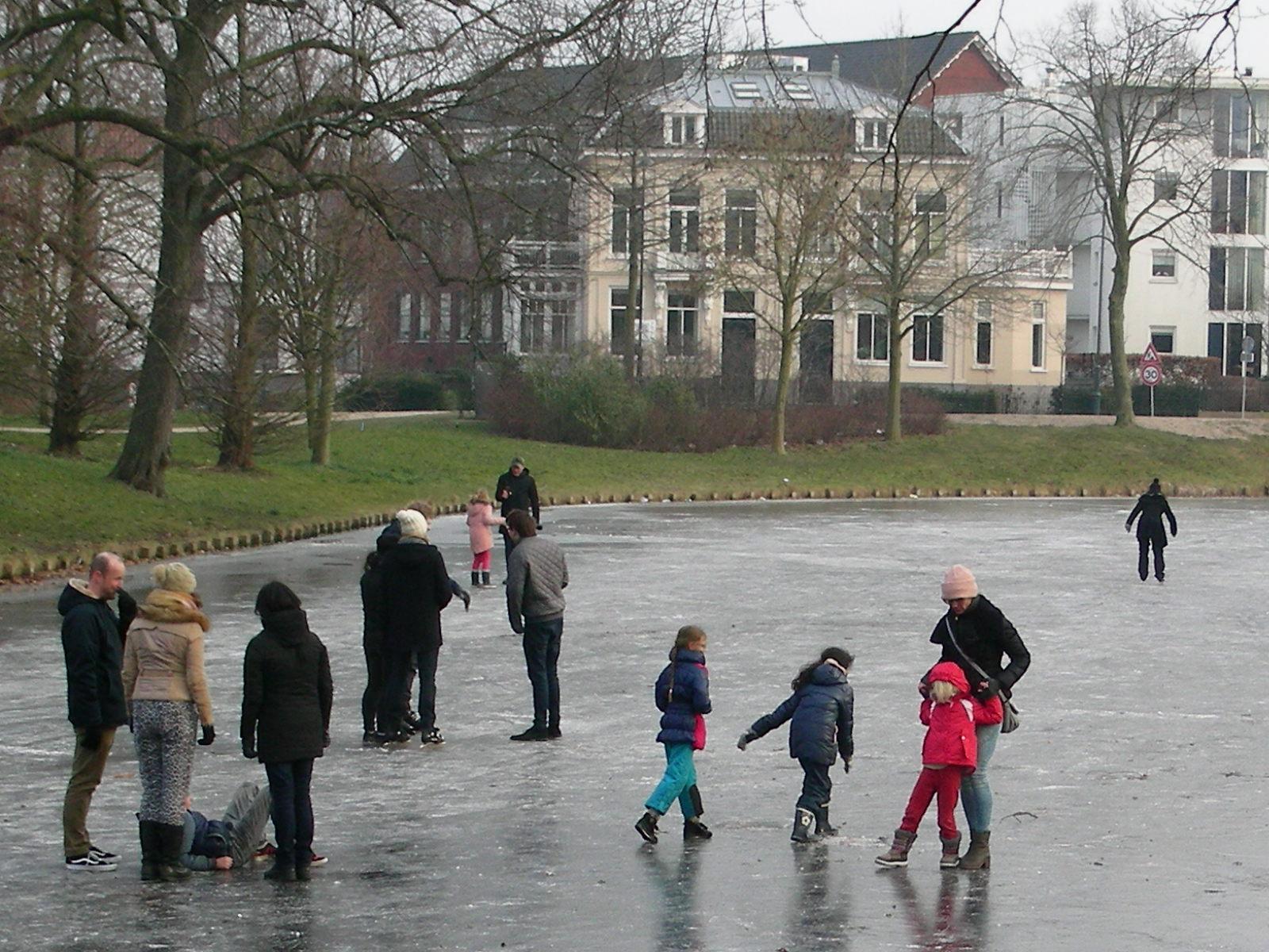 Haarlemmers gingen massaal het ijs op, met én zonder schaatsen. (Foto: Ad Timmers)   rodi.nl © rodi