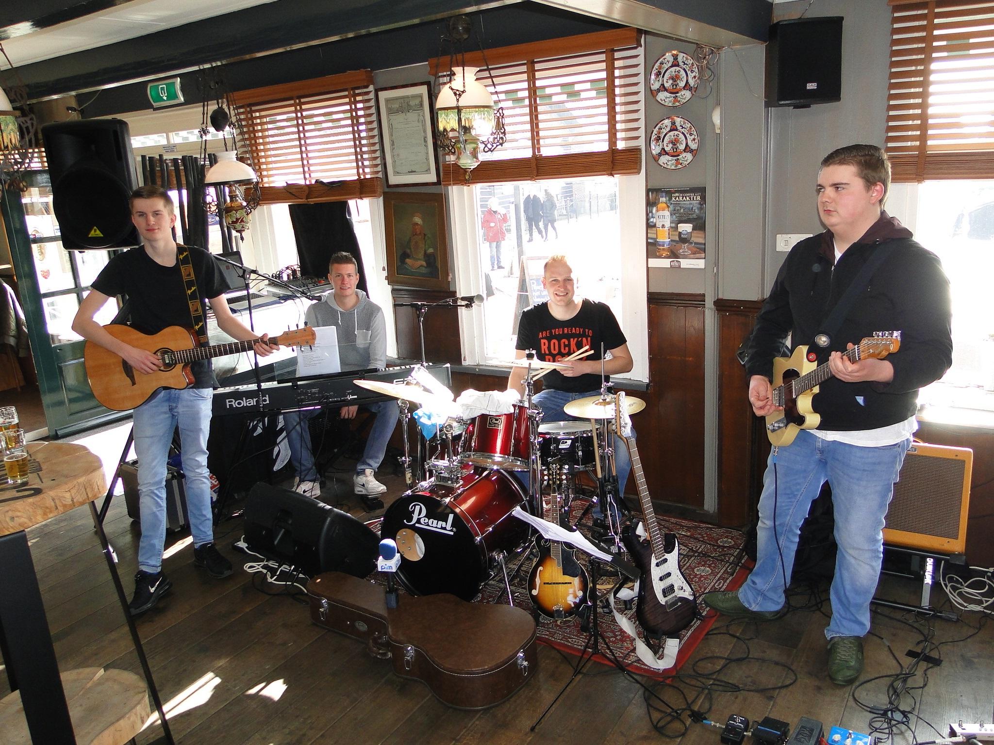 De muziek bij Land en Zeezicht werd verzorgd door de Marker band Postman and the Ramblers. (Foto: Pep)