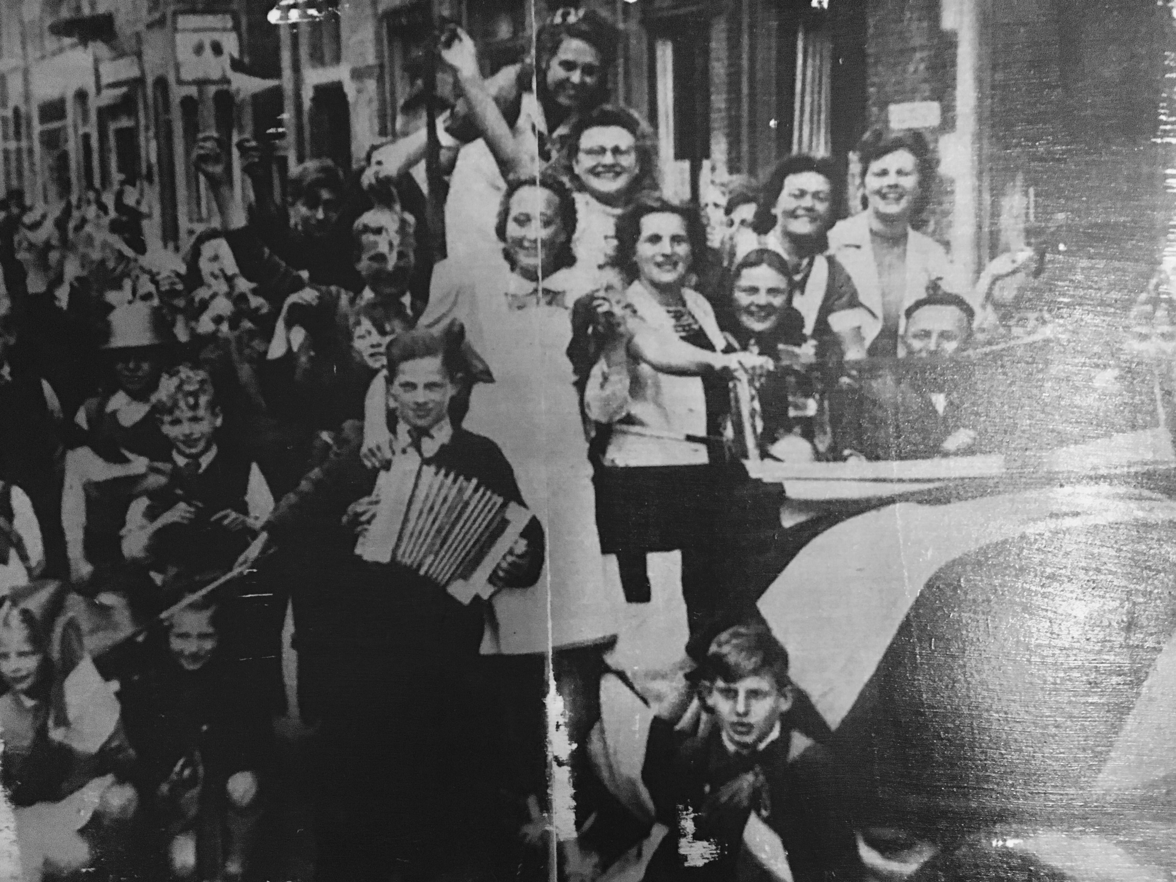 Wie herkent zichzelf of iemand anders op deze krantenfoto van Bevrijdingsdag in Alkmaar? (Foto: aangeleverd)