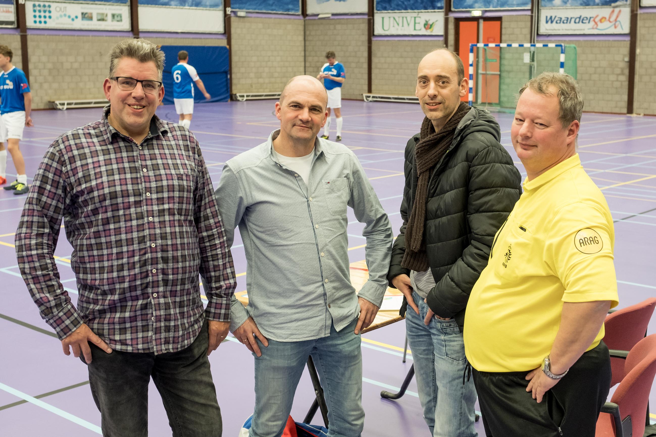Vlnr. Catharinus Dijkstra (pr-medewerker stichting Recreatiezaalvoetbal), Richard van Avezaath, Gareth Jenkins (beiden zaaldienst) en scheidsrechter Michel Ros. (foto Richard Rood)