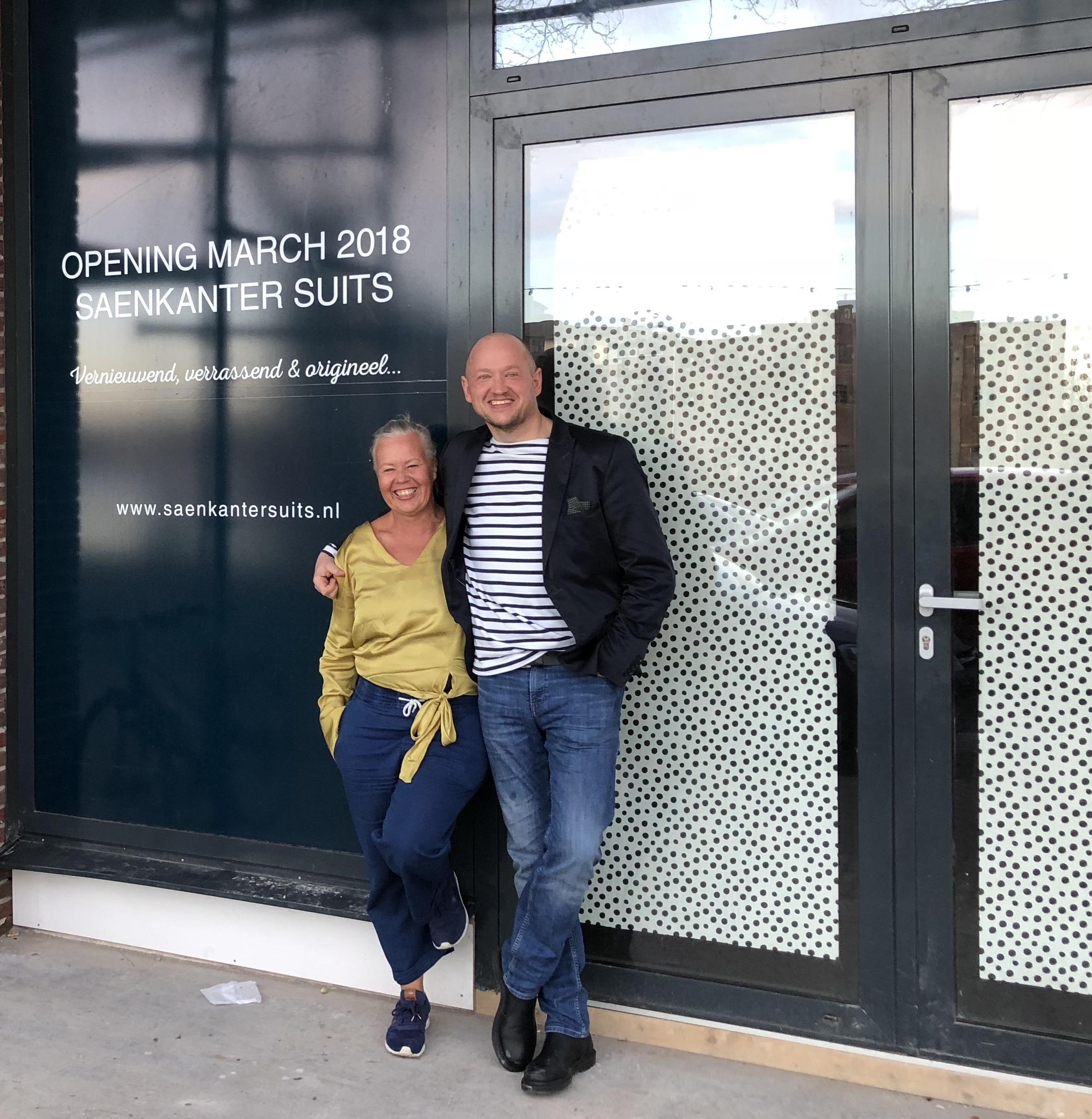 Petra en Léon Hamming voor hun vernieuwde winkelconcept. (Foto: Saenkanter Wormerveer).