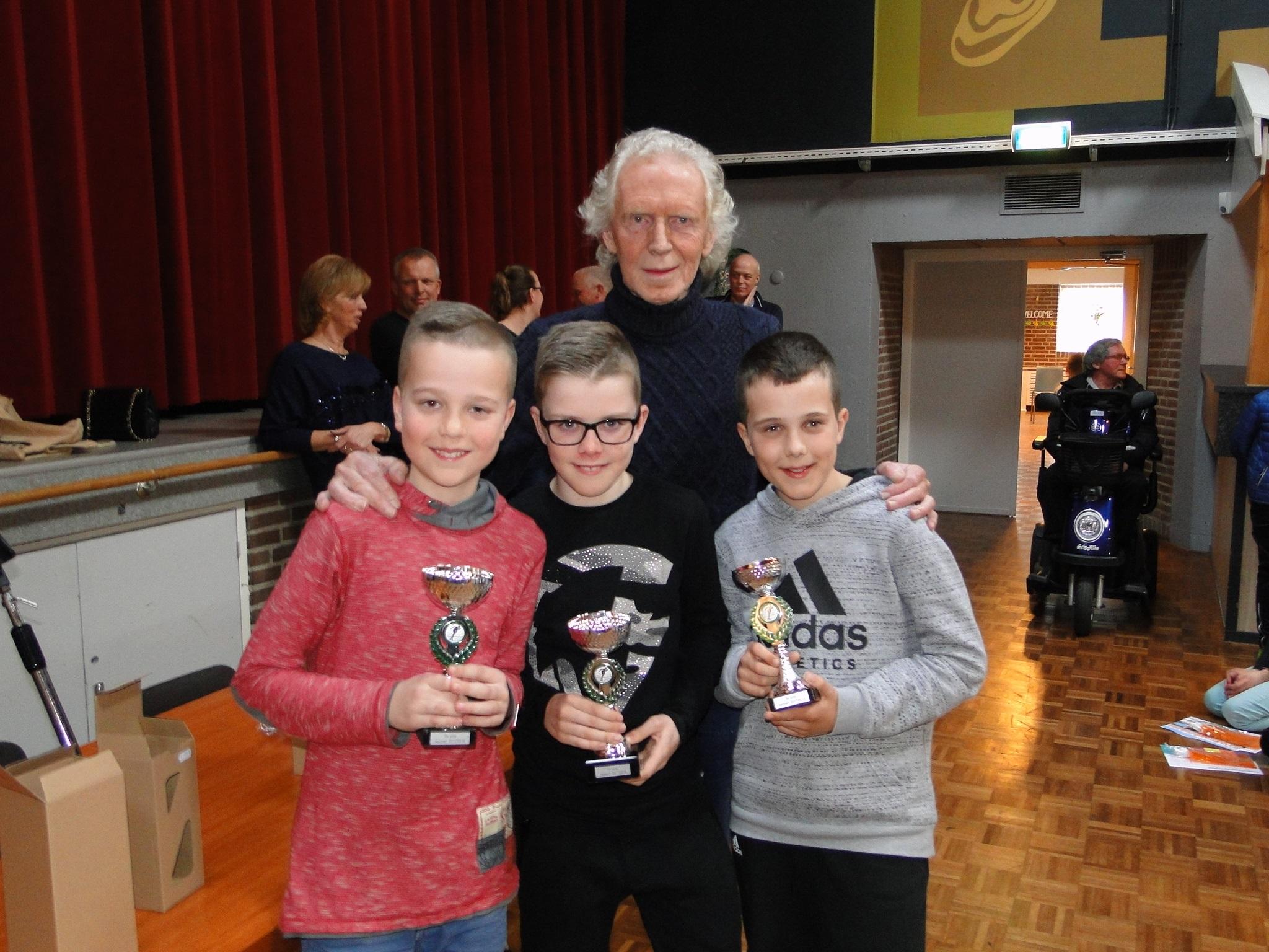 De beste drie van de 'Dirk Kes competitie' dit jaar. V.l.n.r.  Stijn Visser Liam de Wit en Joris Stooker met achter hun begeleider Dirk Kes. ( Foto: Pep)