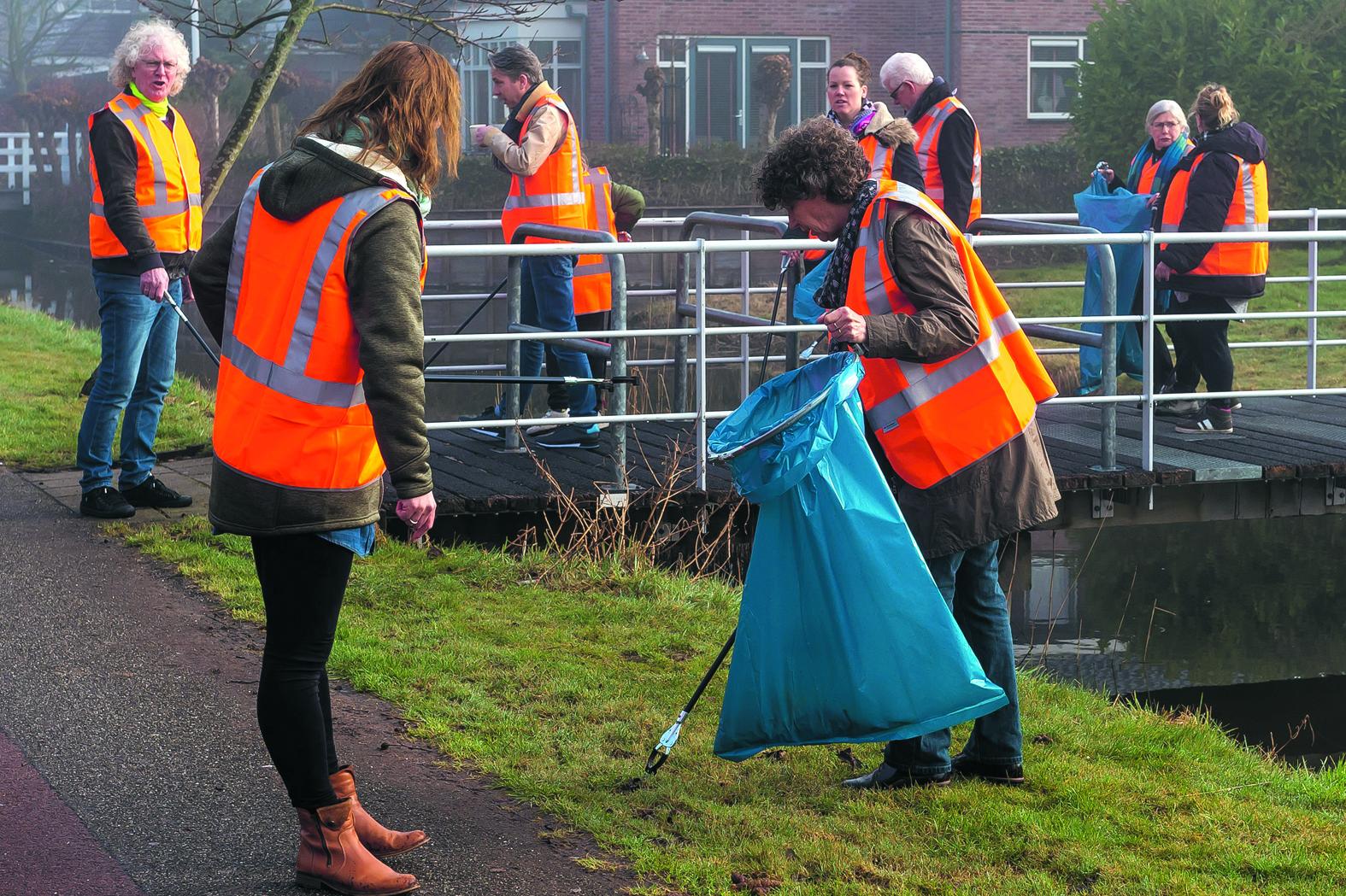 Voordat de buurt van huisvuil werd verlost, ging de hele groep op de foto. (Foto: Han Giskes) rodi.nl © rodi