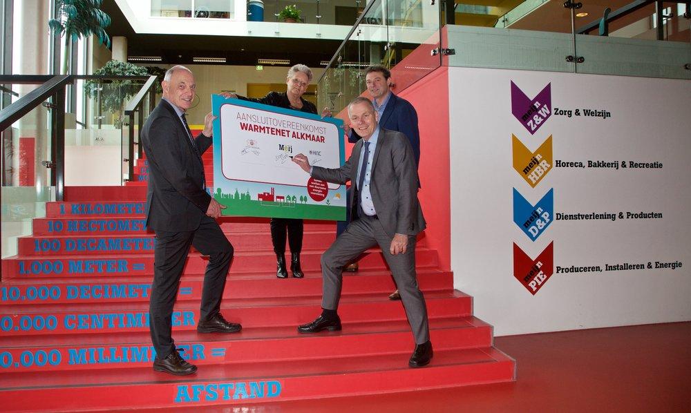 Wethouders Jan Nagengast, Elly Konijn, directeur SOVON Ronald Gase en manager warmte HVC Robert Crabbendam ondertekenen de overeenkomst. (Foto: aangeleverd)