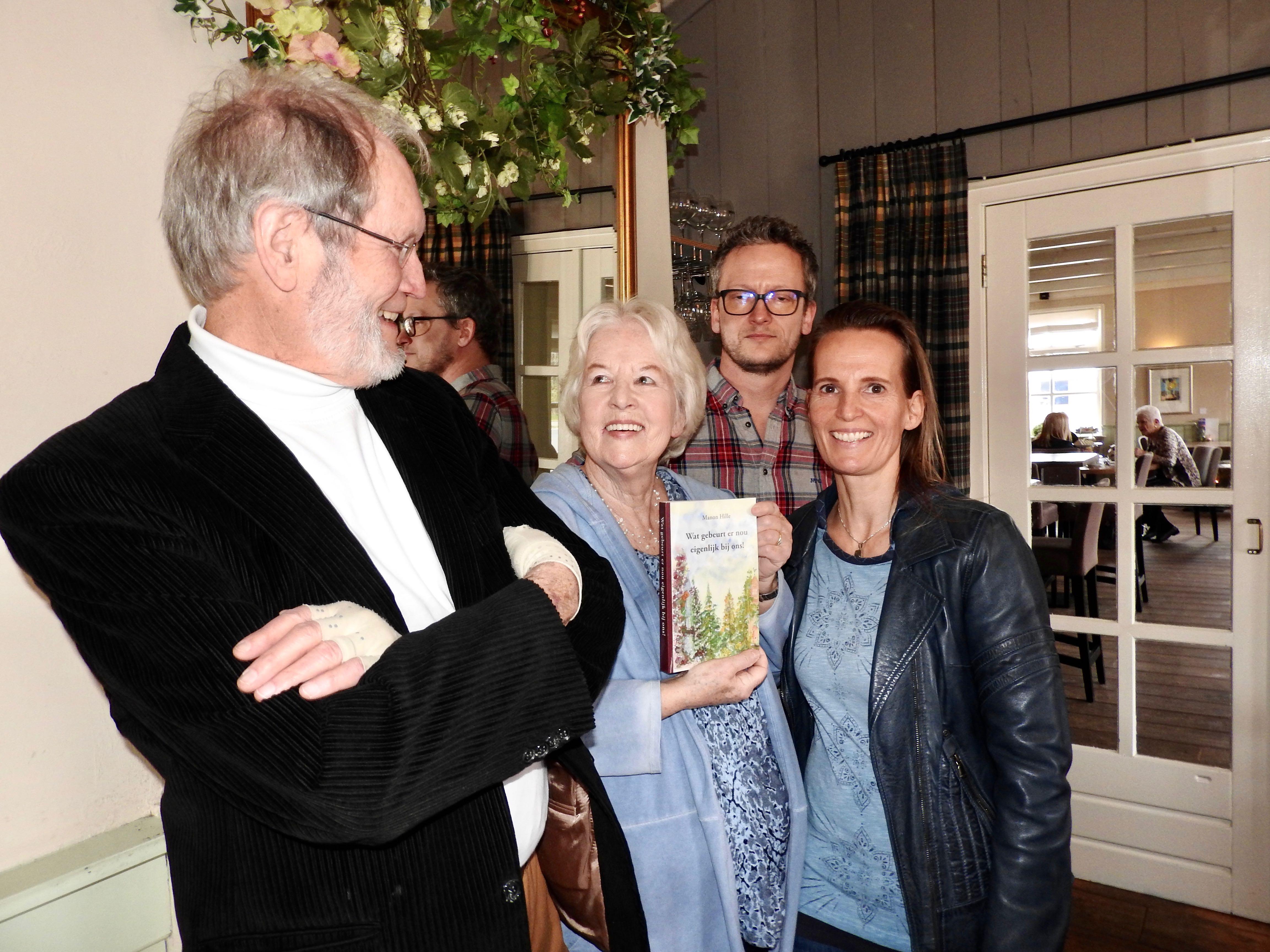 Manon met haar boek temidden van man Jan, zoon Jon en dochter Jody. (Foto: Marja Bak-Aal)