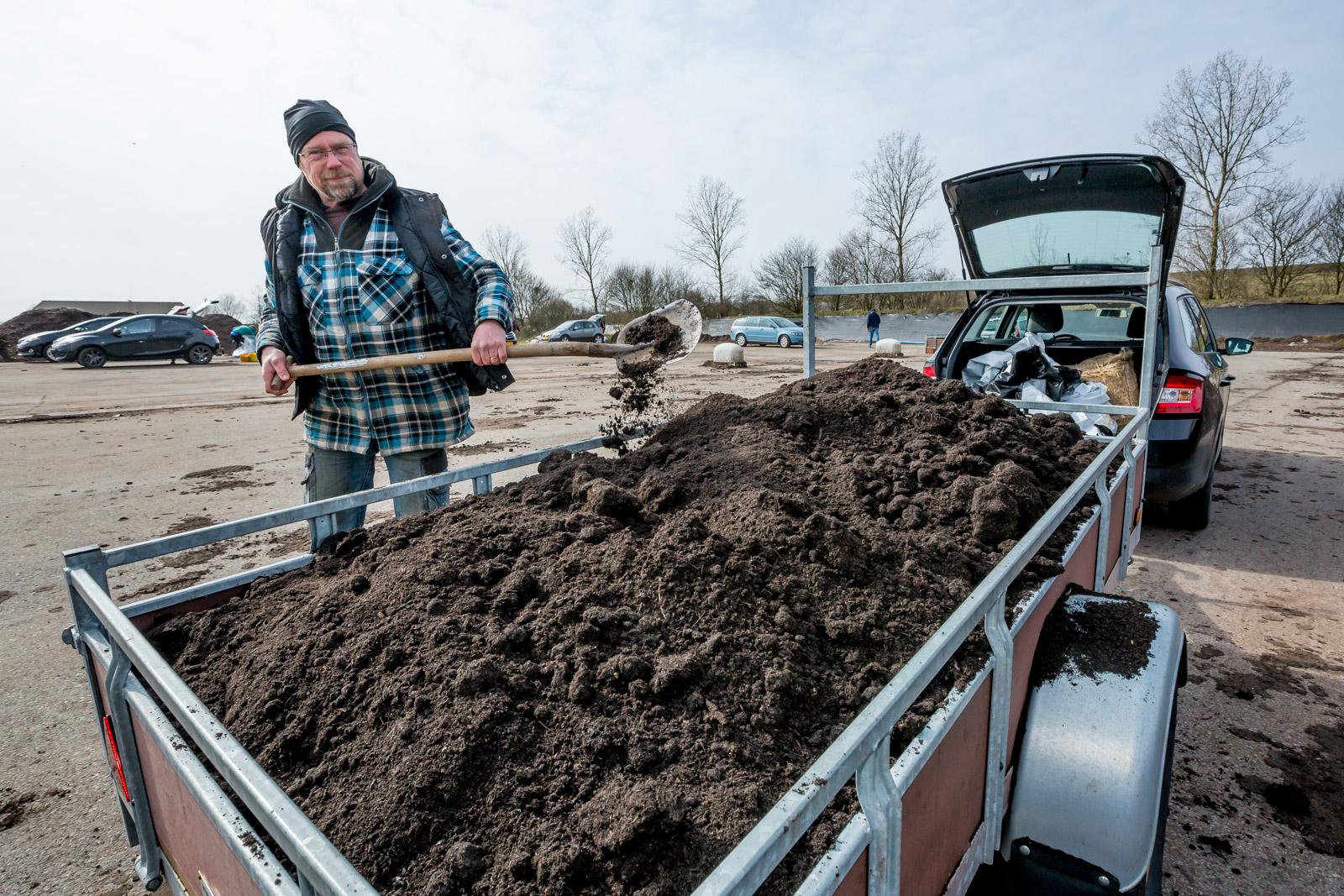 Compost scheppen in de ijzige kou. (Foto: aangeleverd)