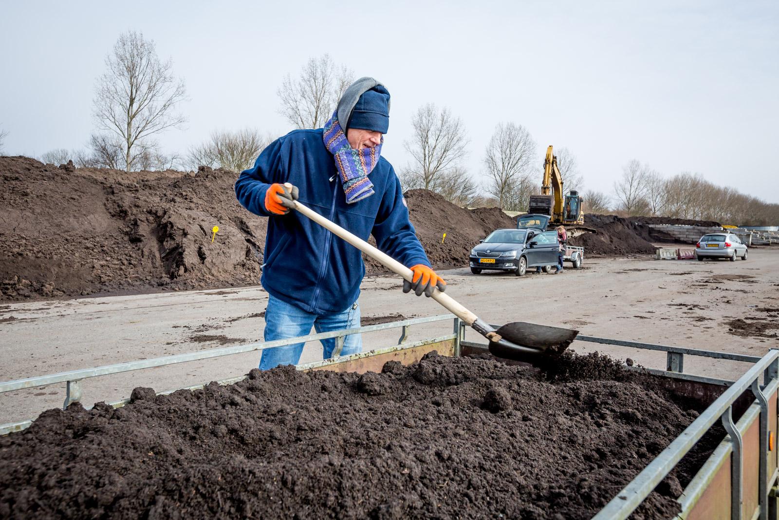 Compost scheppen in de ijzige kou. (Foto: aangeleverd) rodi.nl © rodi