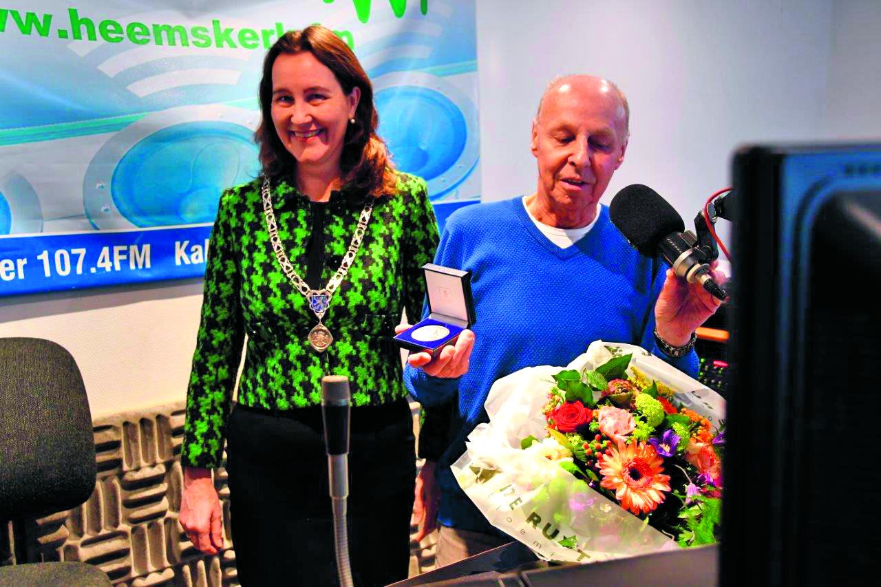 Fred Kos bij met de onderscheiding, links burgemeester Mieke Baltus. (Foto: Leo Tillmans)