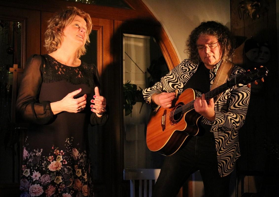 Het duo SimonèZ speelt zondag 29 april in Eenigenburg. (Foto: Hanneke de Boer)