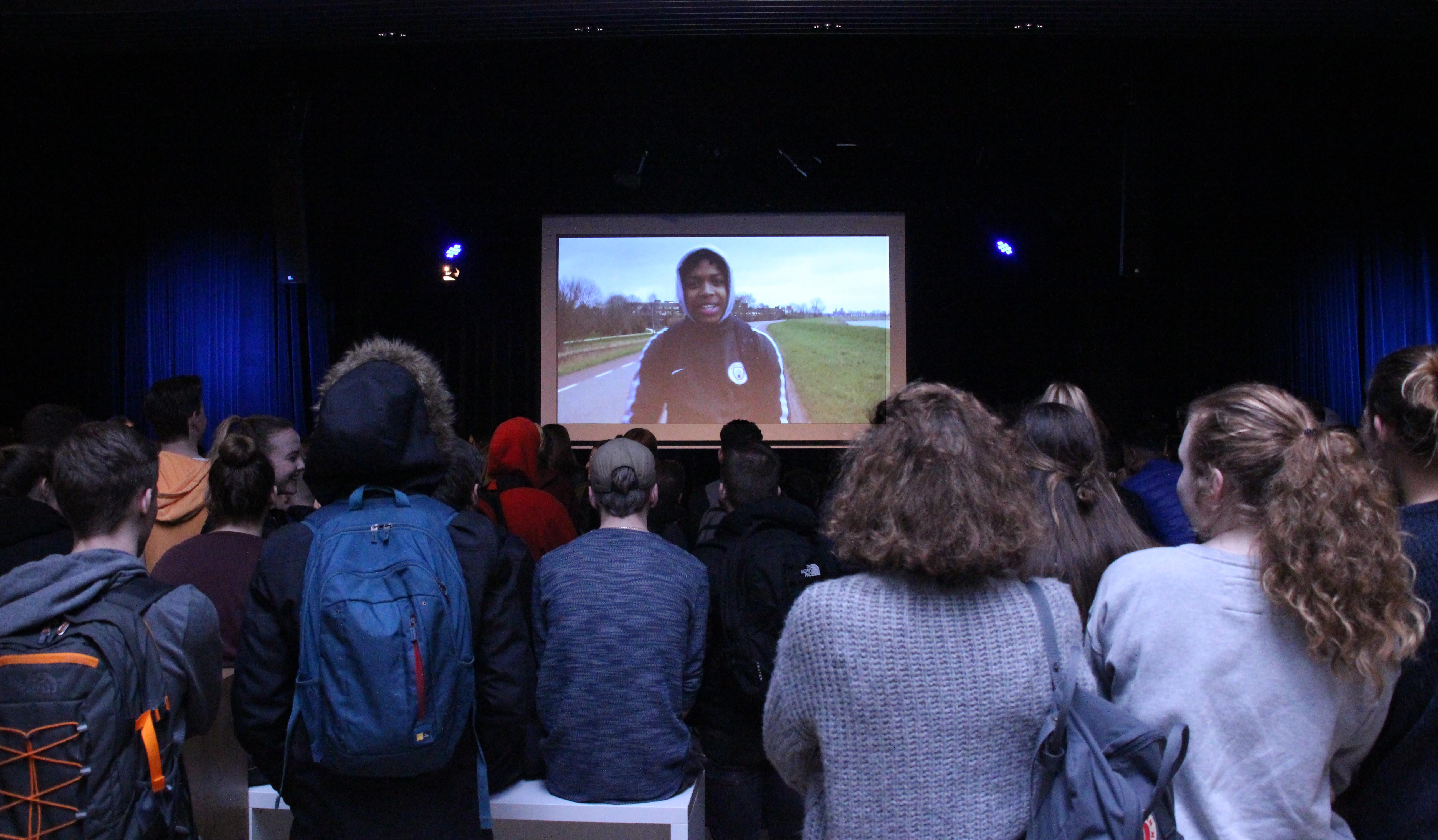Tijdens de grote pauze werd de clip getoond die negen leerlingen maakten tijdens een rapworkshop. (Foto: aangeleverd)