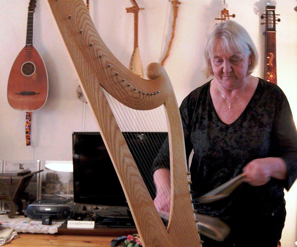 Maisa van der Kolk neemt de aanwezigen mee op een muzikale reis door Europa. (Foto: