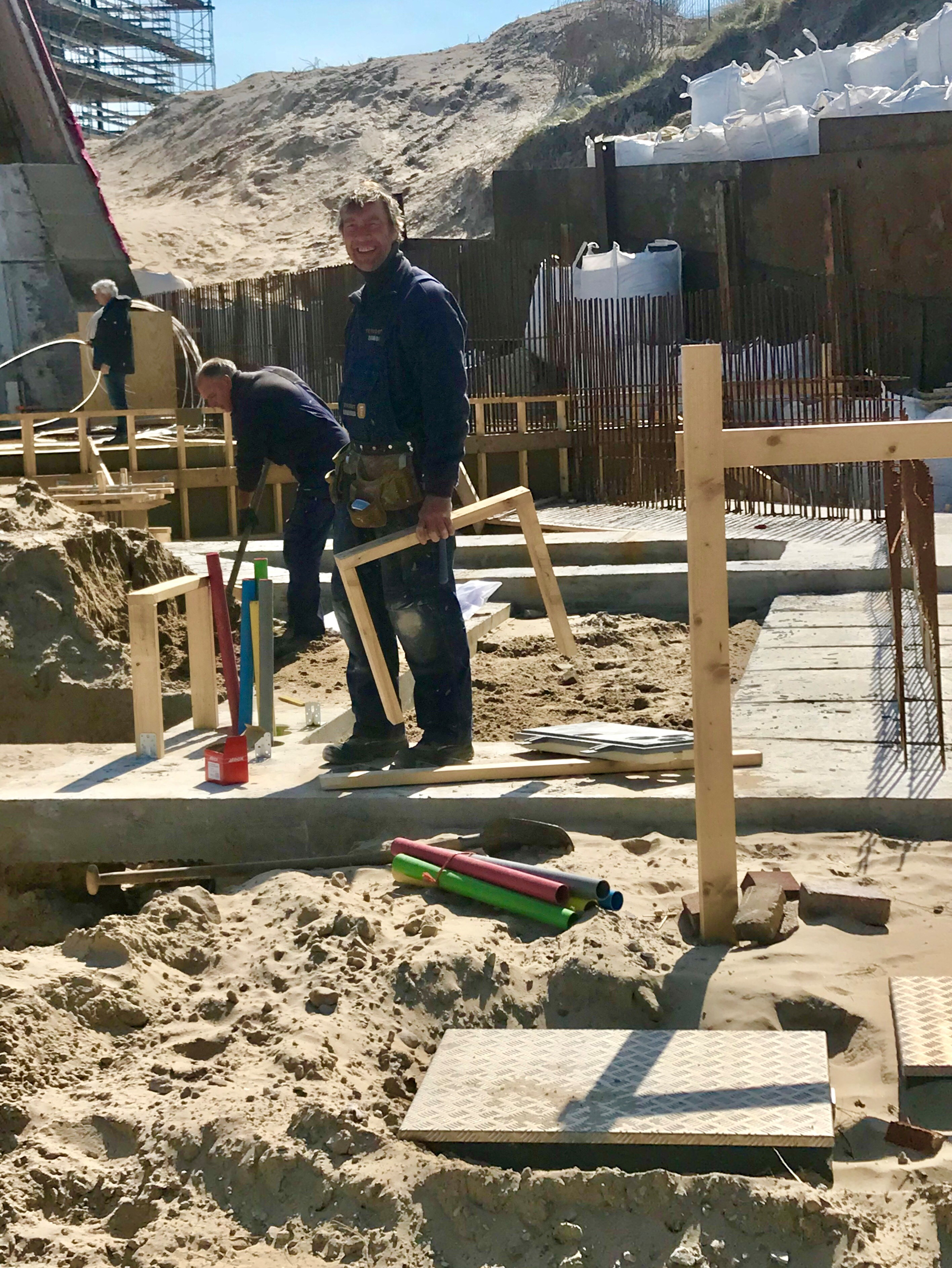 Hardwerkende mannen aan de bouw van het botenhuis van De Pinck: Jan en Jan... (Foto: Marja Bak Aal).