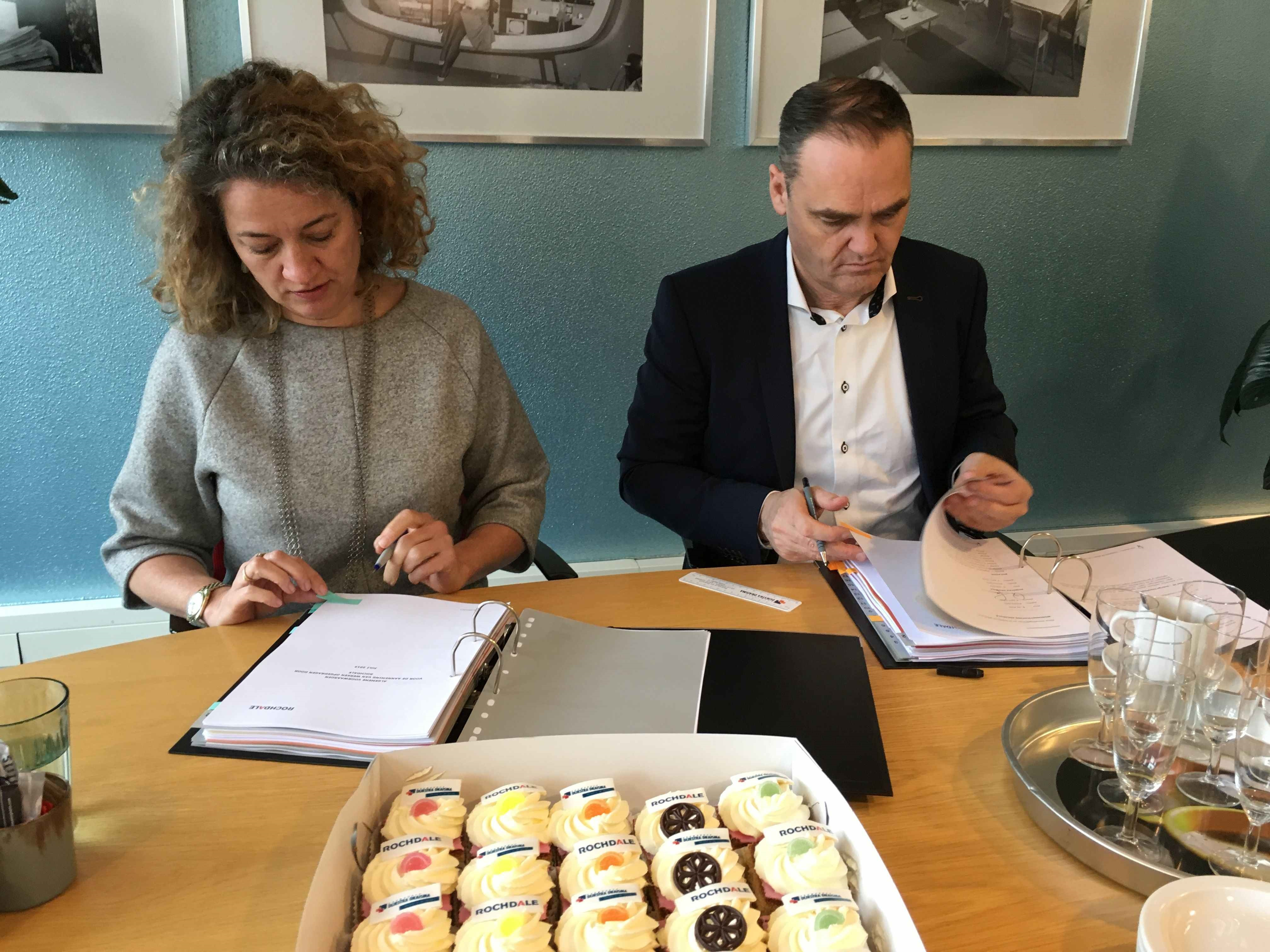 Birgitte de Maar en Biense Dijkstra zetten hun handtekening. (Foto: aangeleverd)