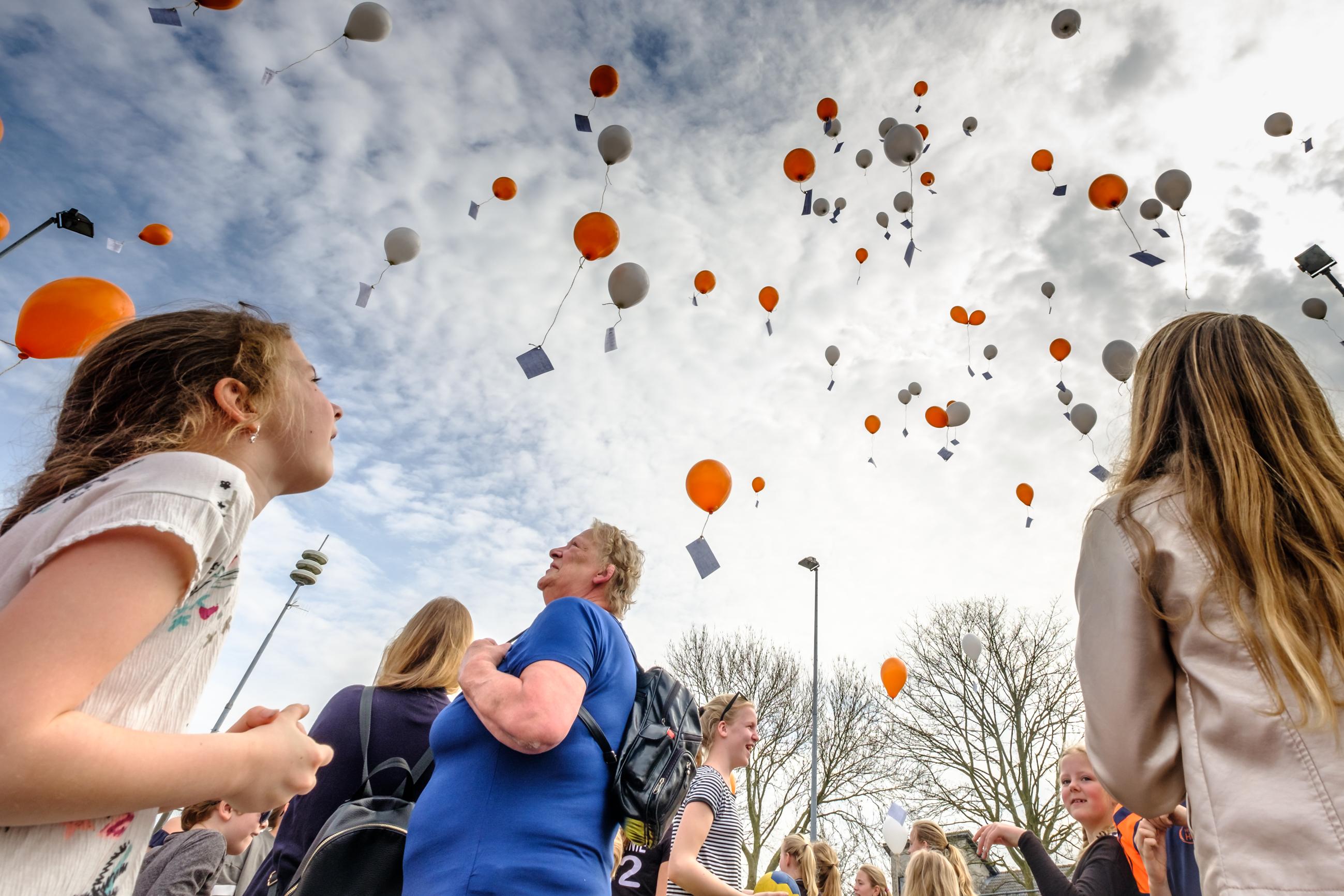 Het was een spectaculair gezicht, het oplaten van de ballonnen in De Noord. (foto Richard Rood)