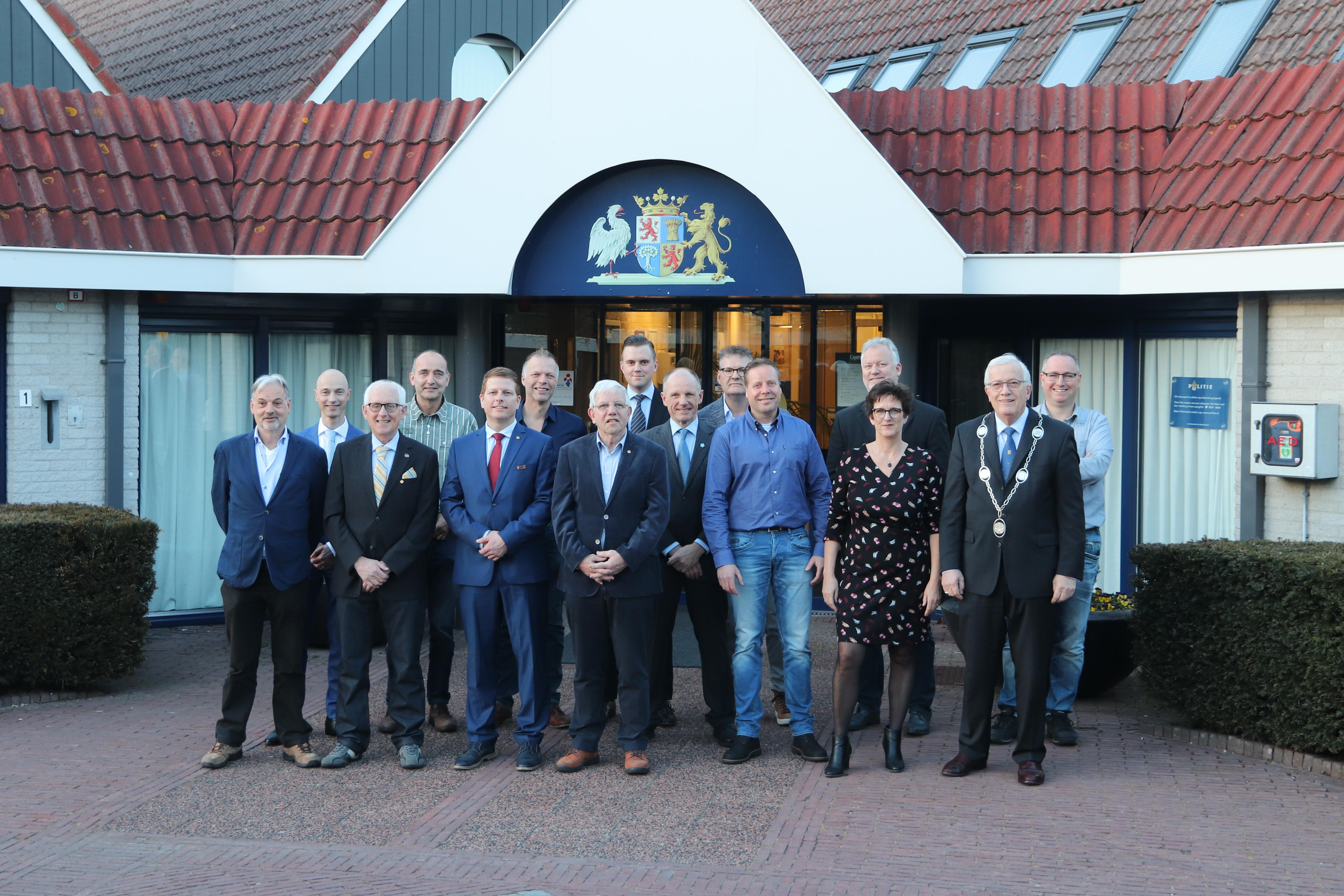 De nieuwe raadsleden en burgemeester Nijpels staan klaar voor de start. Charlotte Zeilstra-Spies (DSV) ontbreekt op de foto. (Foto: gemeente Opmeer)