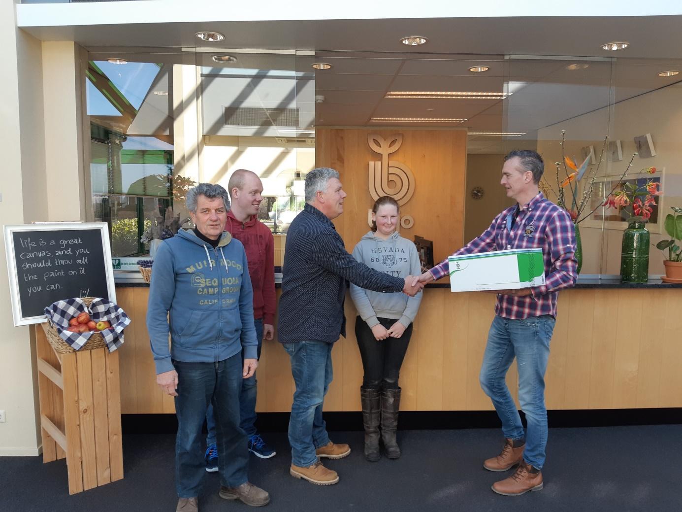 Medewerkers van de Zorgboerderij Blij op de Boerderij ontvangen hun zaadpakket uit handen van Ronald Tesselaar van Bejo Zaden bv. (Foto: Hans Groen)