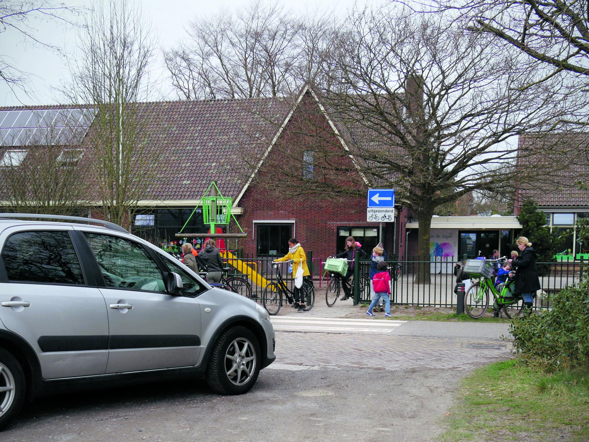 De huidige parkeergelegenheid is alleen nog bereikbaar via de ingang pal voor de school. (Foto: Rodi Media / TL)
