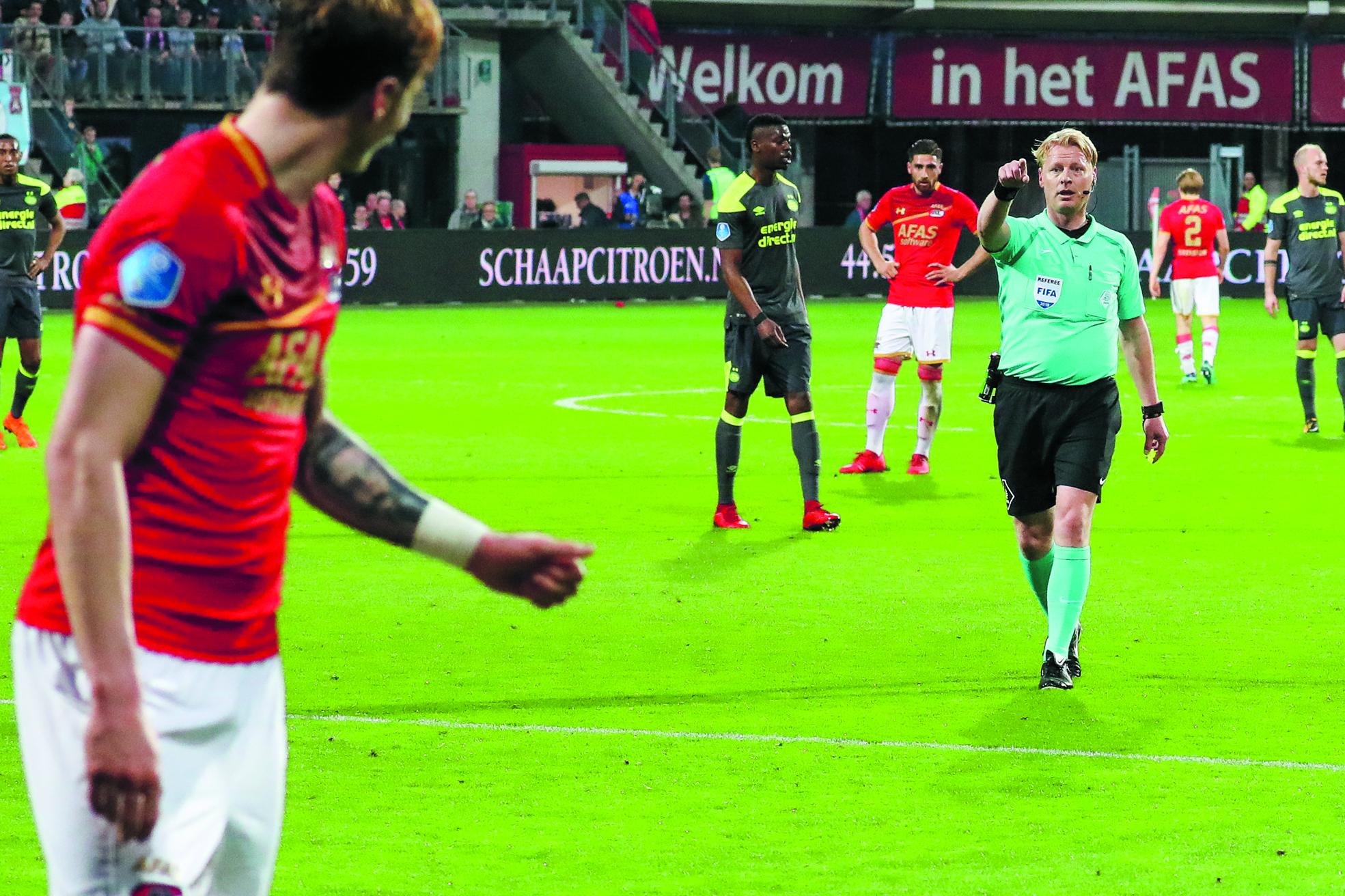 Kevin Blom en AZ: allesbehalve dikke vrienden. Kijk voor het fotoverslag op rodi.nl. (Foto: Vincent de Vries/RM)