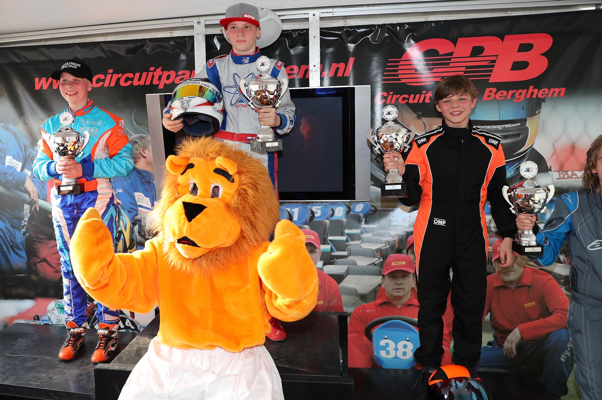 De dertienjarige Dominique Muller uit Beverwijk (geheel rechts) wordt derde op het NK 4takt karten. (foto aangeleverd)