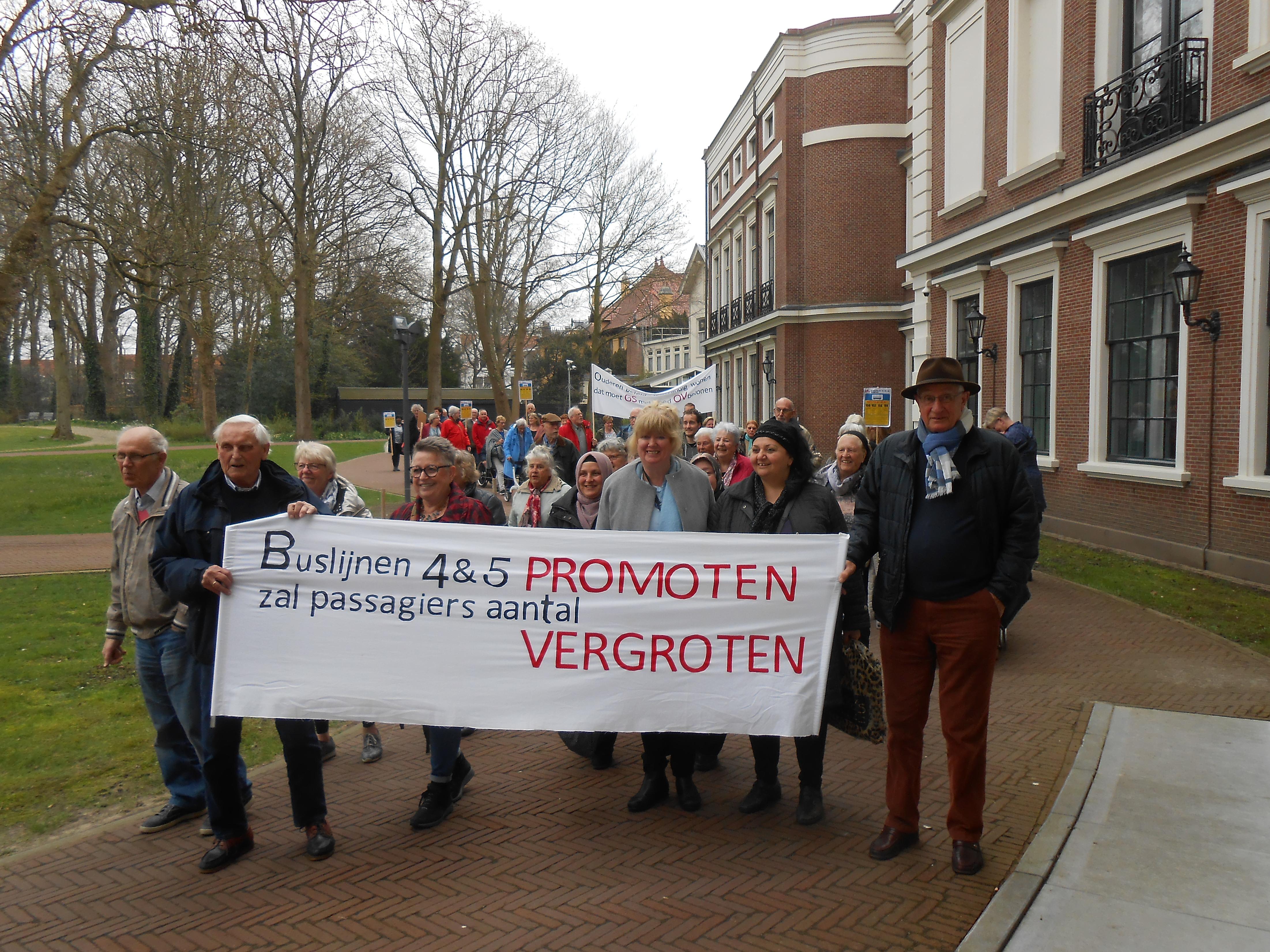 Negentig boze buspassagiers uit Alkmaar, Bakkum, Castricum en Heerhugowaard kwamen maandag naar het Provinciehuis in Haarlem. (Foto: aangeleverd)