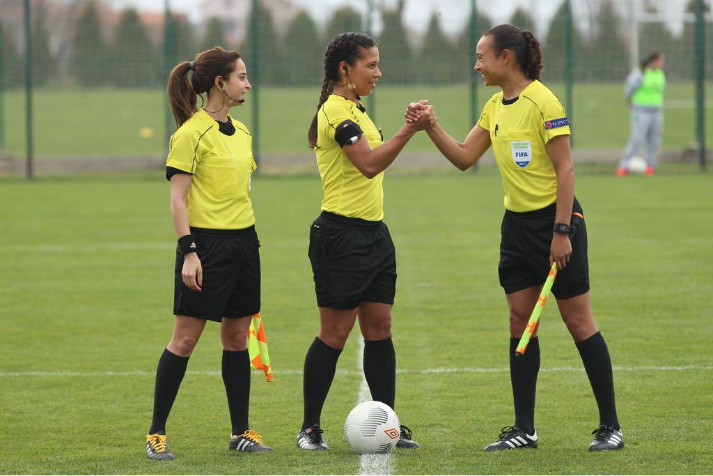 Franca Overtoom (r) is pas de derde vrouw die als (assistent-) scheidsrechter is aangesteld in het Nederlandse betaalde voetbal. (aangeleverde foto)