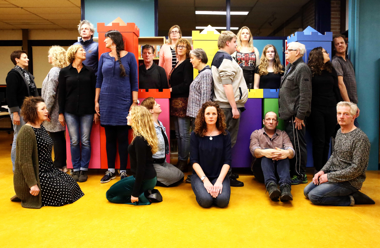 De cast van de locatievoorstelling die gehouden wordt op het erf van het Rundveemuseum. (Foto: Hanneke de Boer)