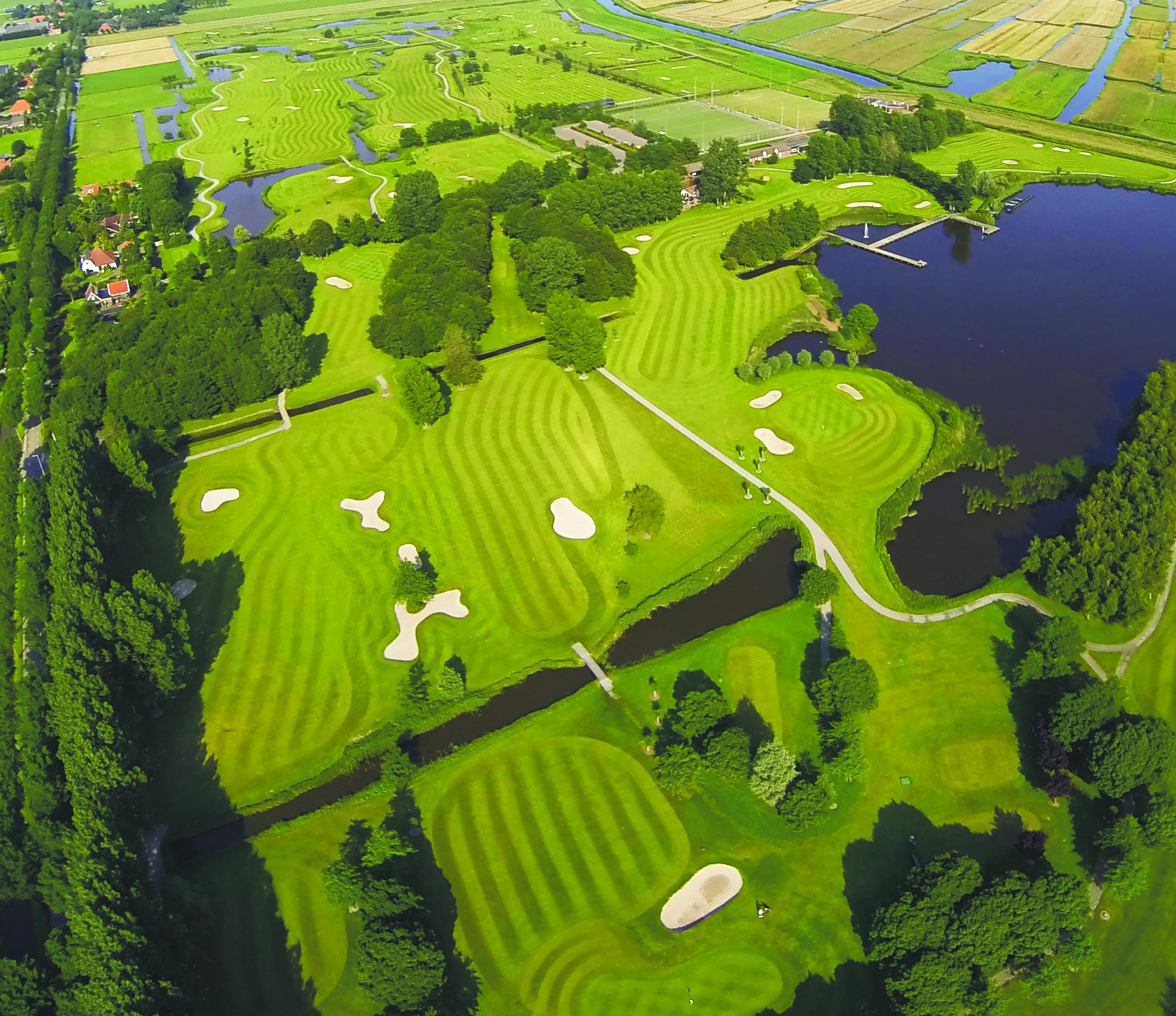 Luchtfoto van het golfterrein. (Foto: Zaanse Golf Club)