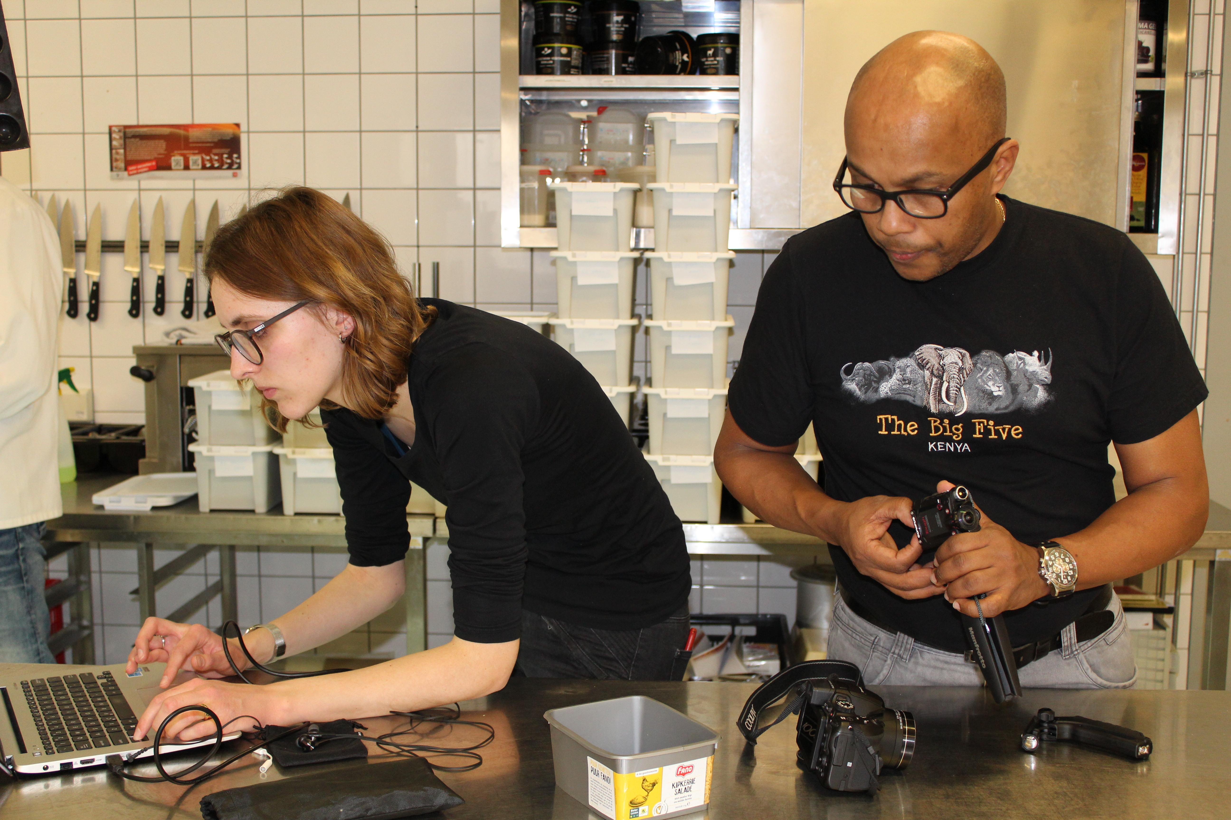 Twee docenten van SG Newton, mevrouw Strikwerda en de heer Winkel, waren op de set verantwoordelijk voor de camerabeelden en het geluid. (Foto: aangeleverd)