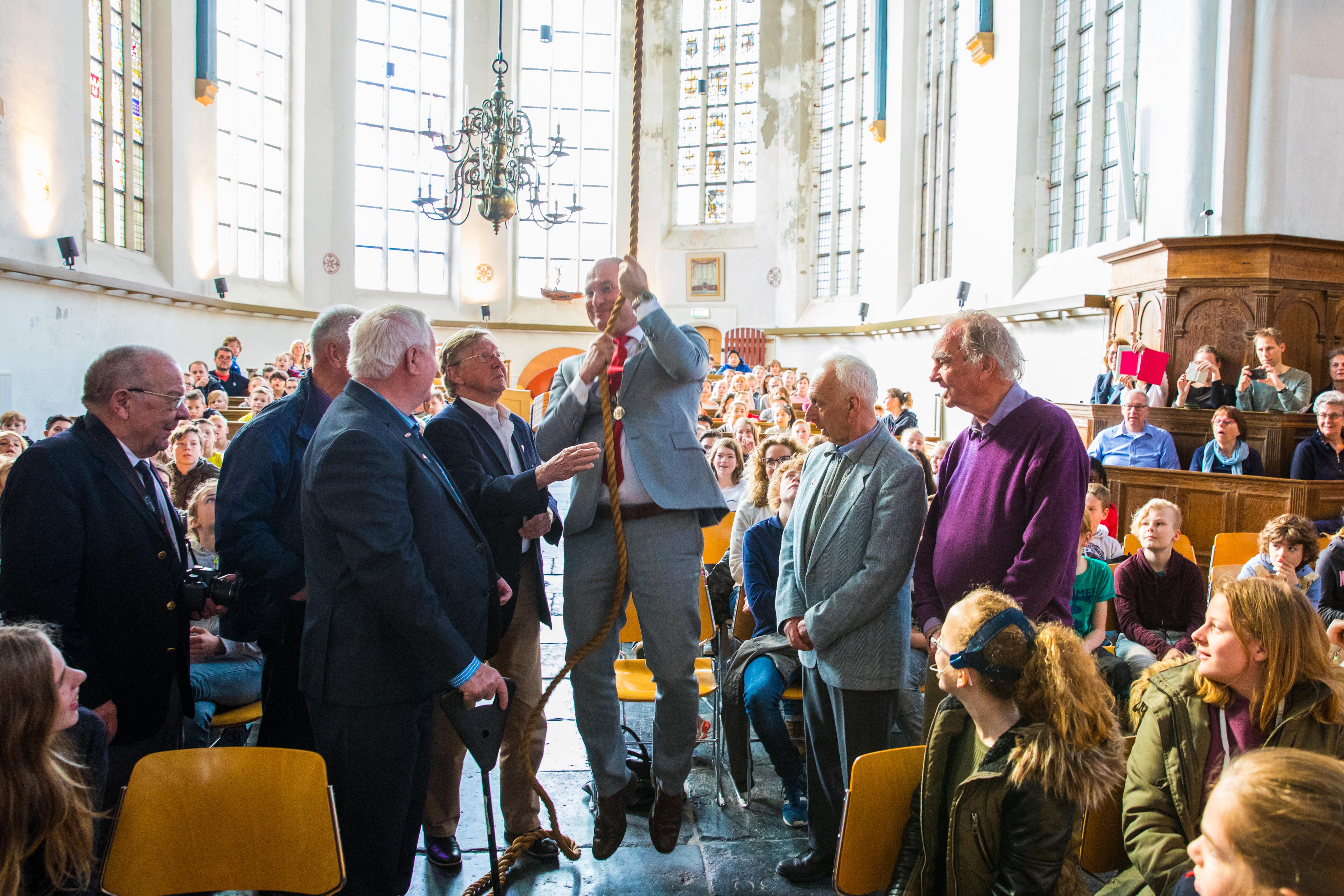 Burgmeester Jan Nieuwenburg lanceerde in de Oosterkerk de unieke website vol verhalen, digilessen en ooggetuigenverslagen. (Foto: Vincent de Vries/RM)