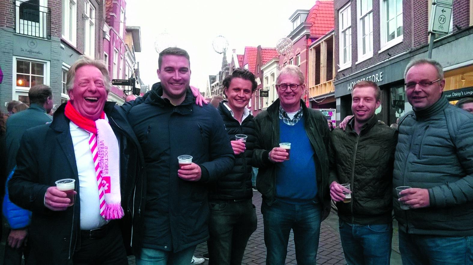 Oude en nieuwe bestuursleden van Het Trompetterkorps Alkmaar. (Foto: aangeleverd)