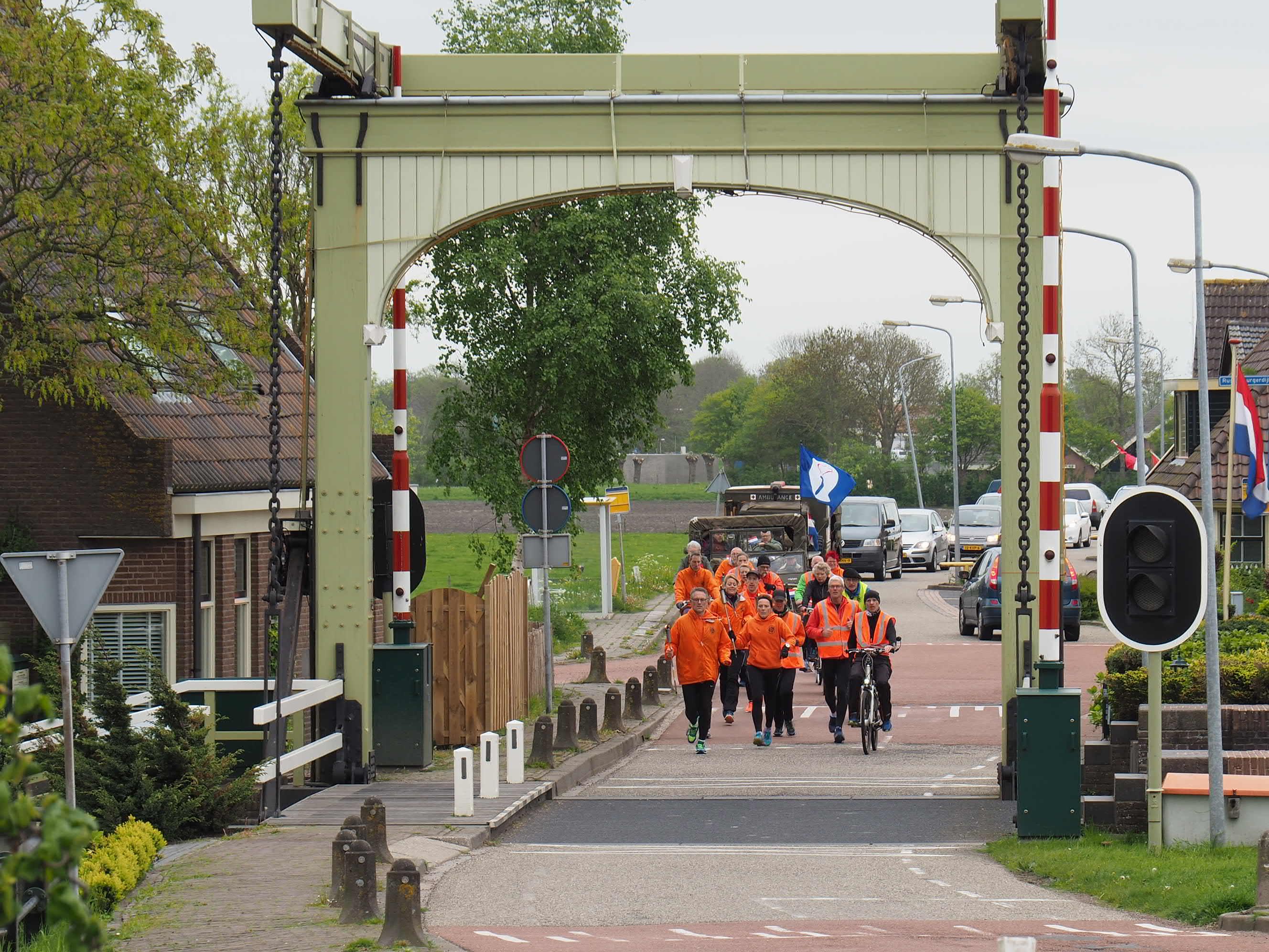Atleten van Hera brengen het Bevrijdingsvuur naar Heerhugowaard. (foto Johan de Vries)
