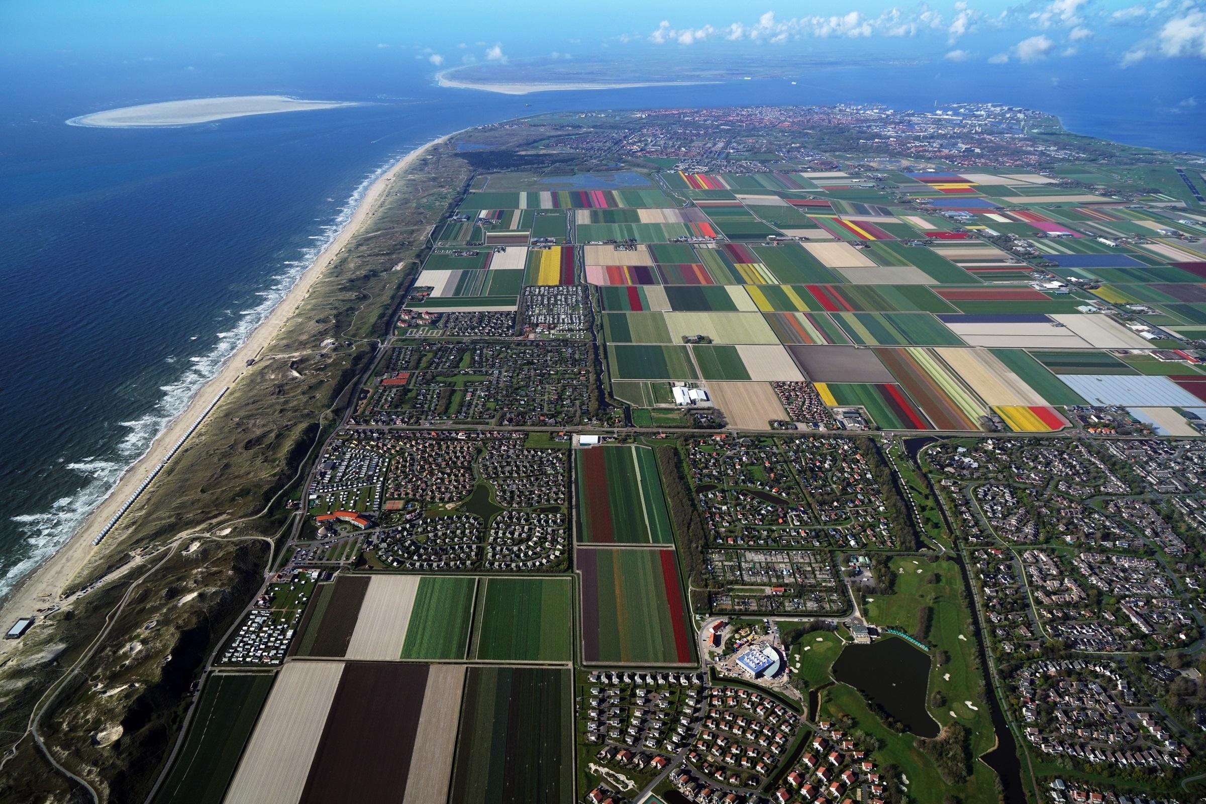 Het grootste aaneengesloten bollengebied van Nederland is goed te zien vanuit de lucht. (Foto: Cris Toala Olivares)