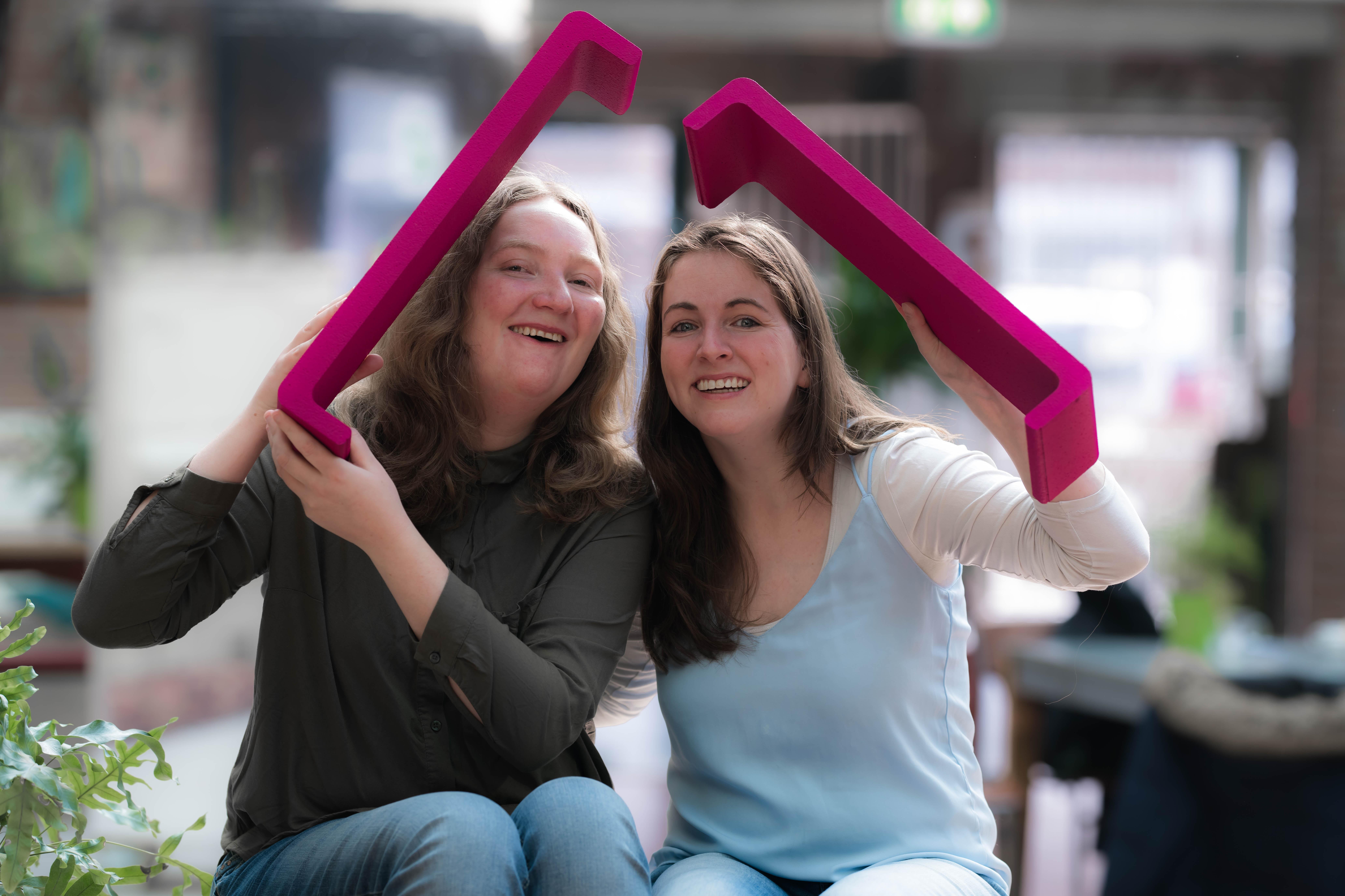 De Spierdijkse vriendinnen Remy (l) en Lisa spelen een rol in de promotiecampagne van HandicapNL. (aangeleverde foto)