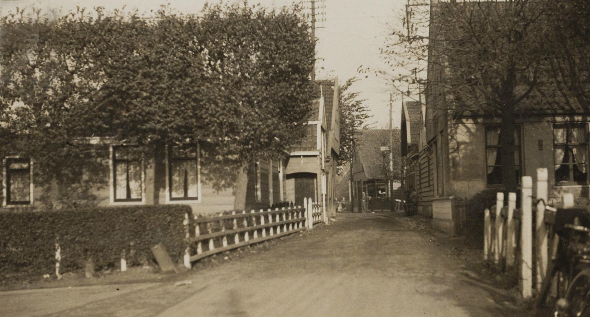 Dorpsstraat - hoek Van Beekstraat - gezien naar het noorden - rond 1925. (Foto: OVL)