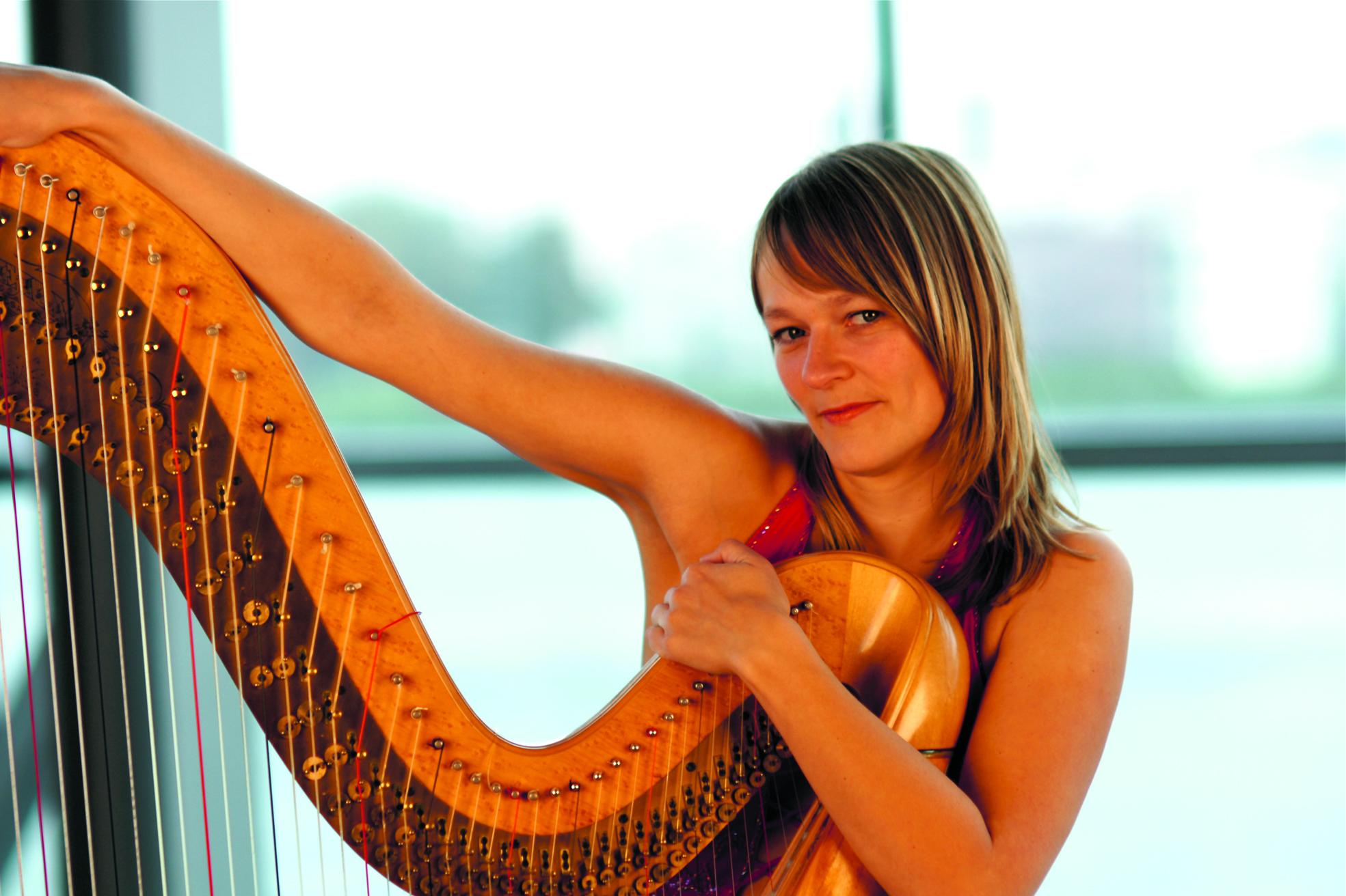 Merel Naomi op de harp. (Foto: aangeleverd)