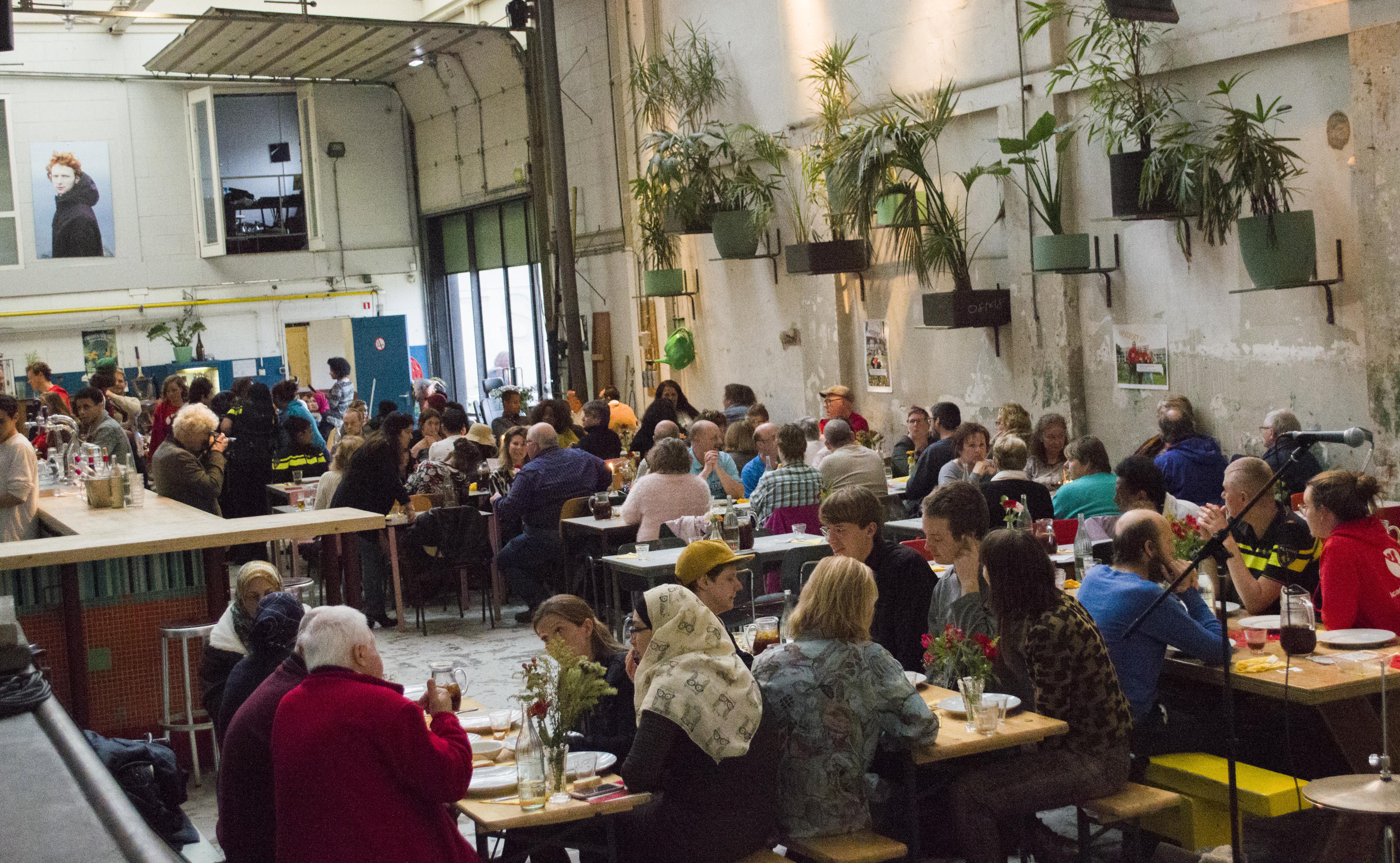 Diner in het Skatecafé in Amsterdam Noord. (Foto: Marwan Youssef)  rodi.nl © rodi