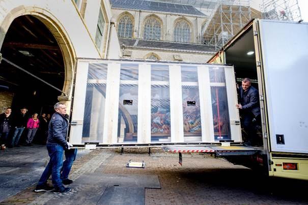Een zijluik van het Laurentius-altaarstuk wordt uitgeladen. (Foto: Erna Faust)